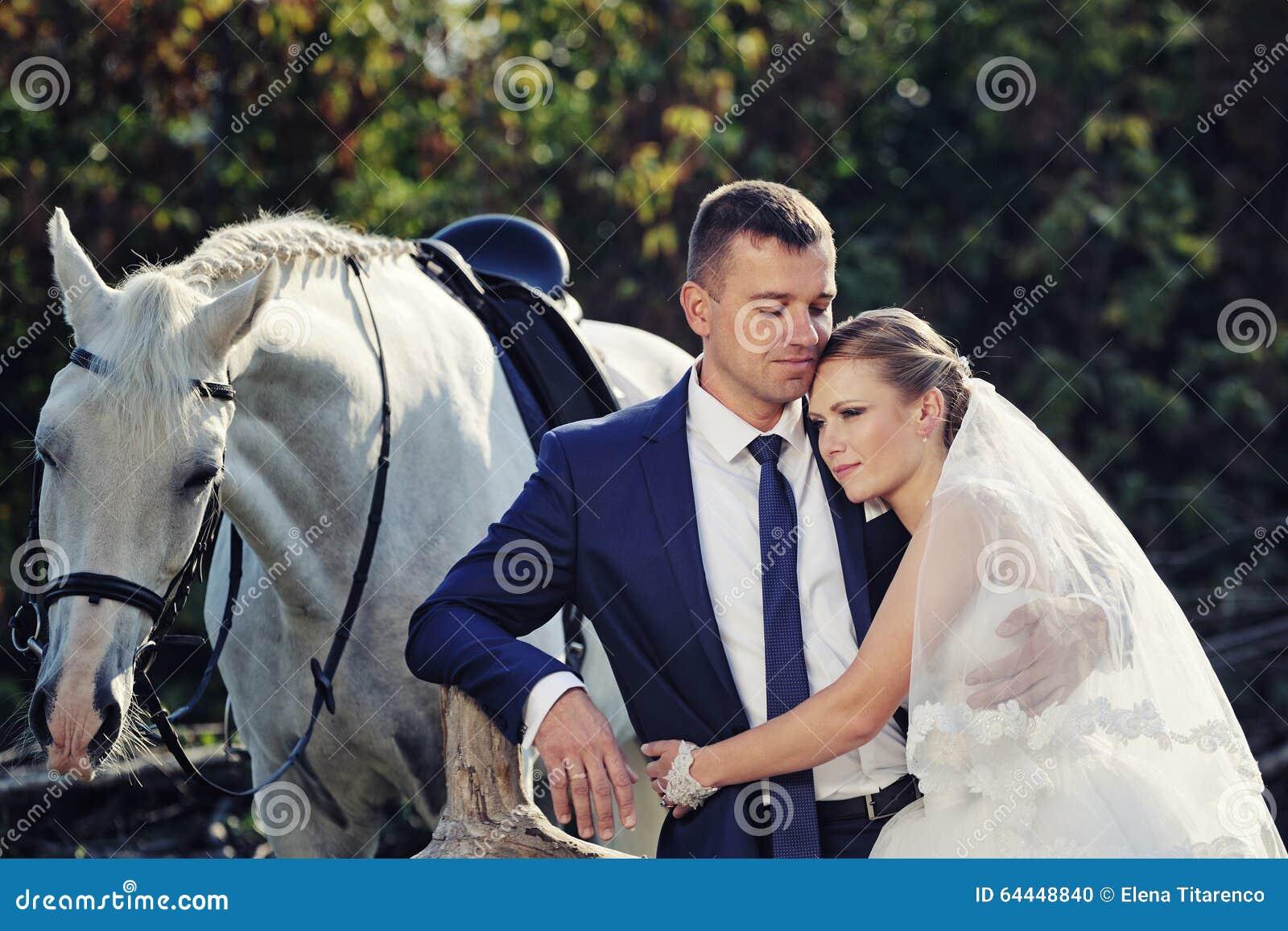 Nozze Sposa e sposo con il cavallo bianco