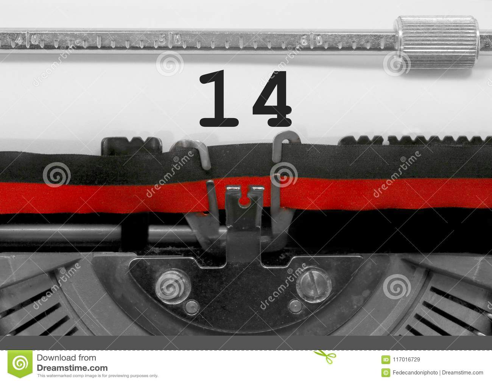 Nr. 14 durch die alte Schreibmaschine auf Weißbuch