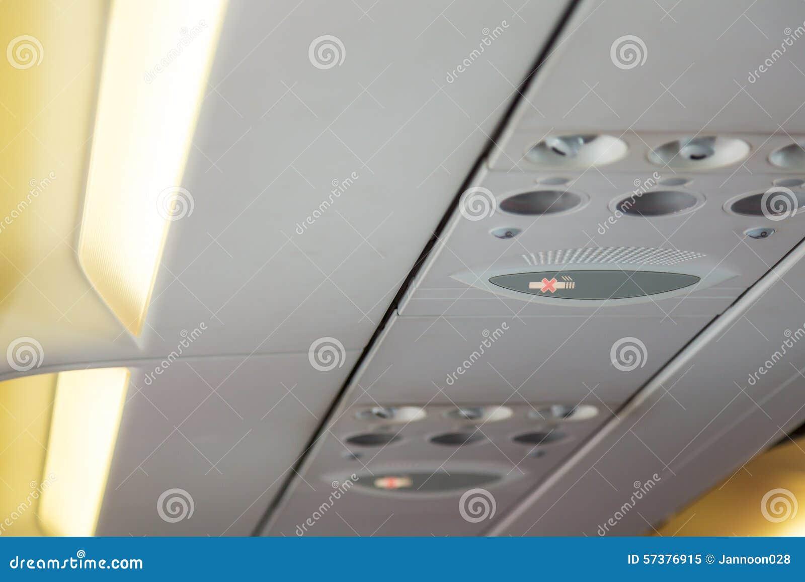 Nr - rokend teken en veiligheidsgordelteken op het vliegtuig