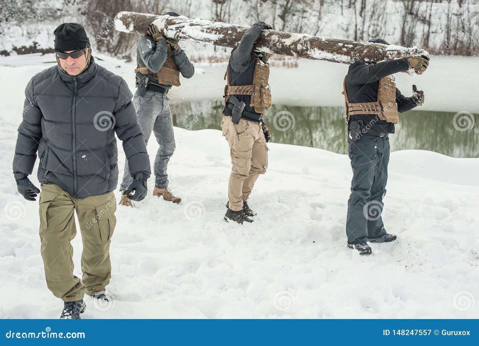 Nstructor и солдаты армии имеют тренировку с огромной древесиной чурбана