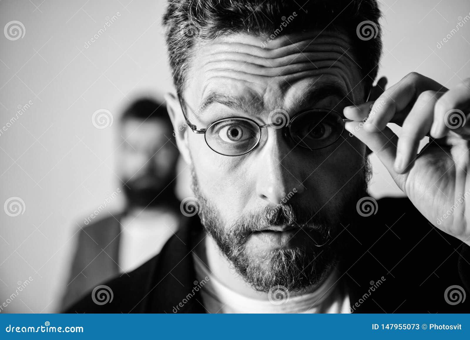 Nu zie ik alles Pietluttige slimme inspecteur De slijtageoogglazen van de mensen knappe gebaarde kerel Ooggezondheid en gezicht O