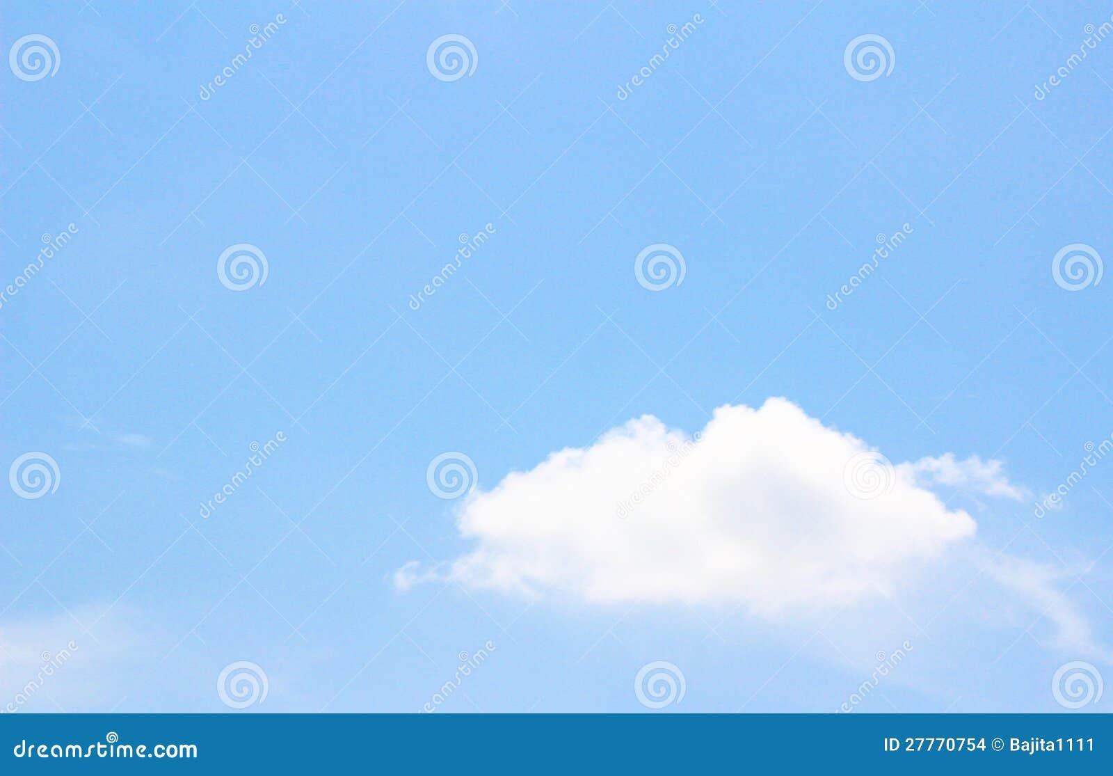 Nuage blanc dans le ciel bleu