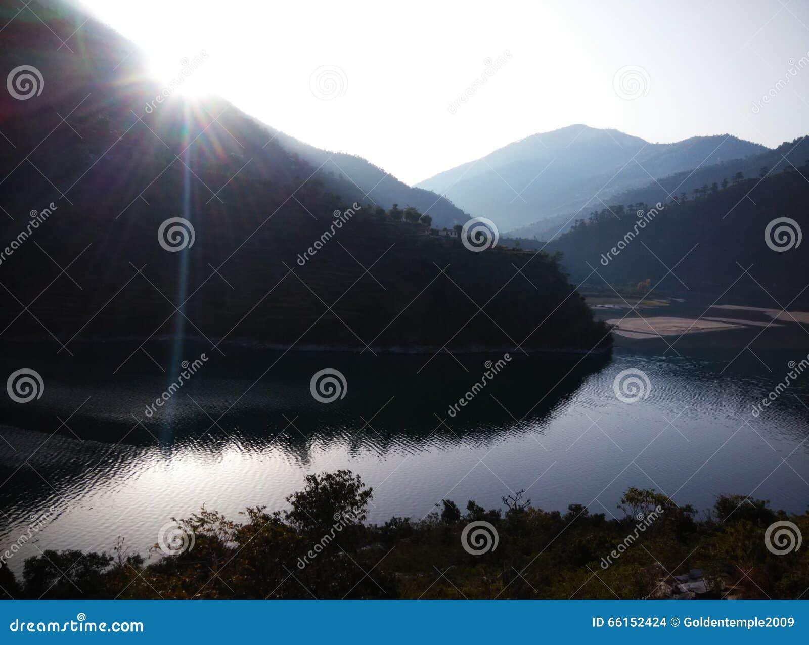 Nuage bleu de lumière du soleil de collines de montagnes de glace de rivière de visite de voyage de passage de rohtang de manali