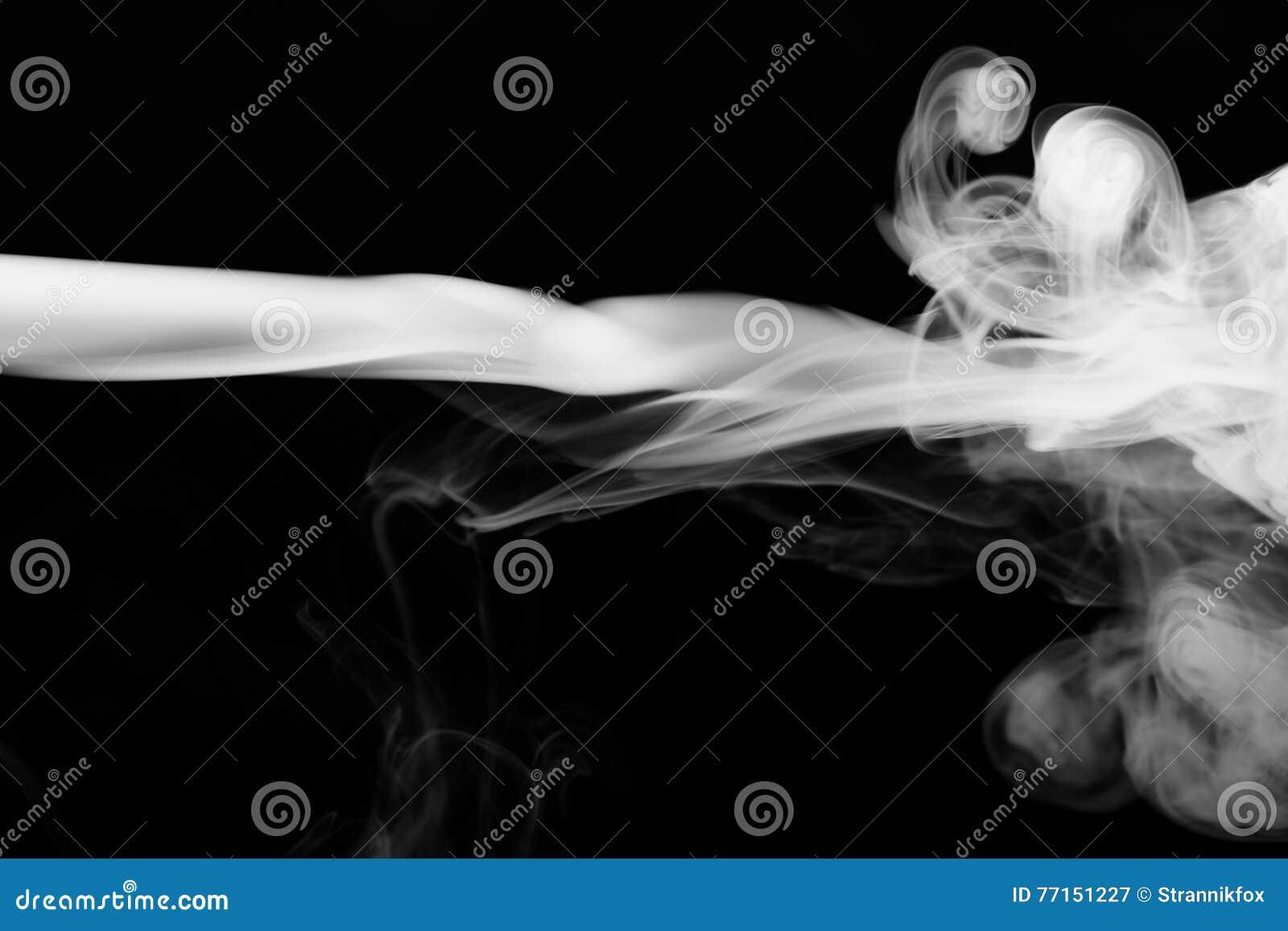 Nuage de fumée sur le fond noir Foyer sélectif