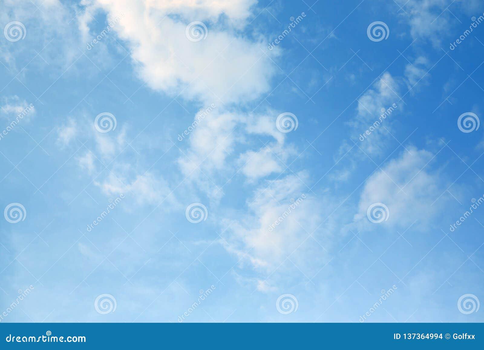 Nuage gonflé sur le fond de ciel bleu