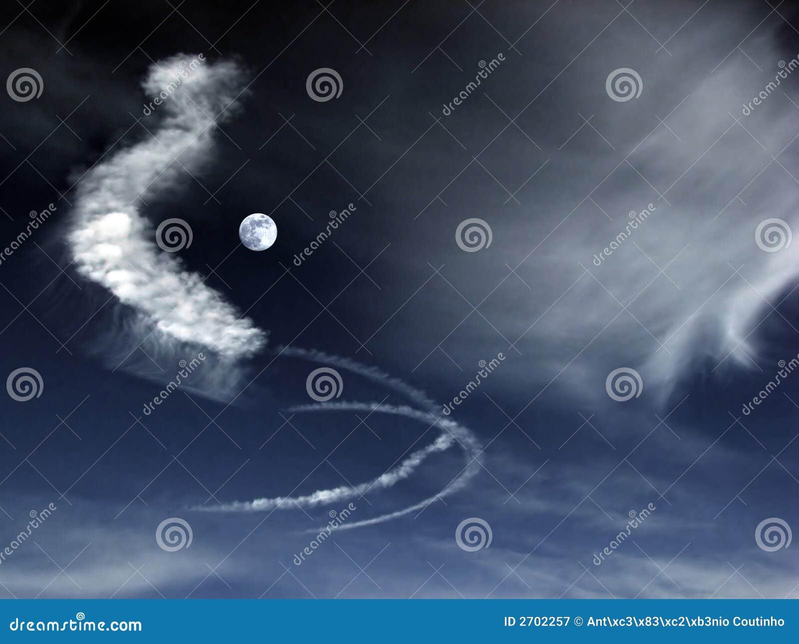 Nuages étranges En Pleine Lune Image stock - Image du