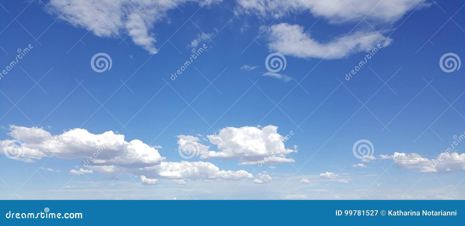 Nuages blancs en ciel bleu