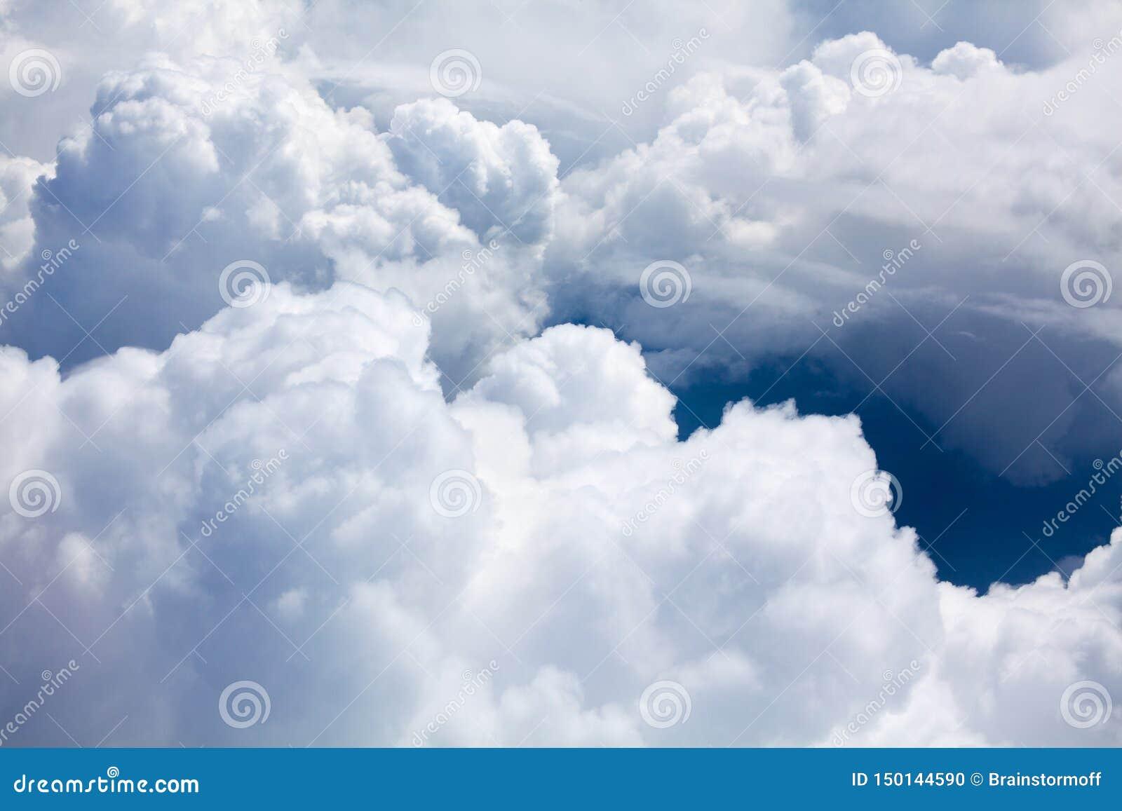 Nuages blancs sur la fin de fond de ciel bleu, cumulus hauts en cieux azurés, belle vue aérienne de cloudscape d en haut