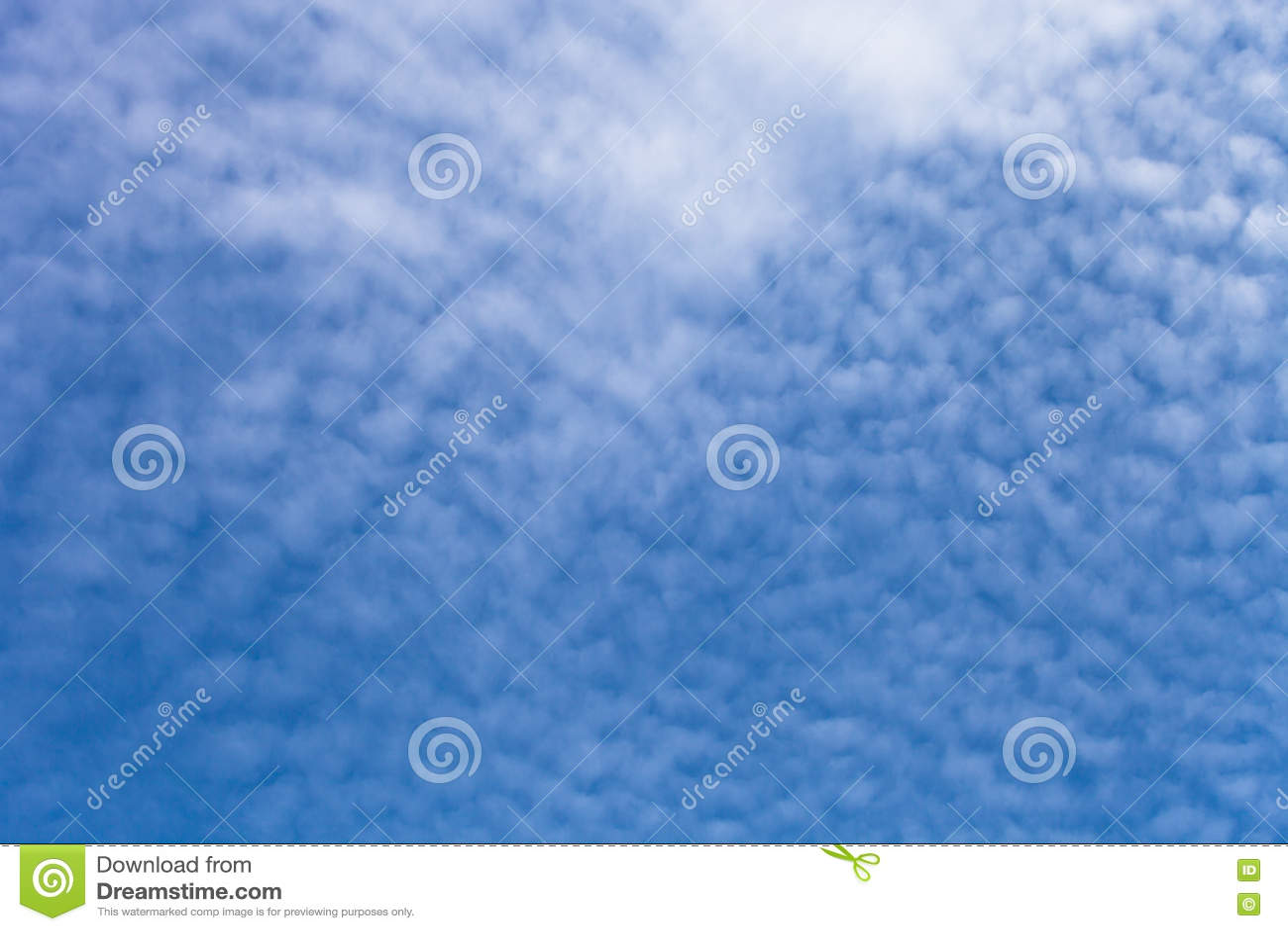 Nuages blancs sur un ciel bleu Foyer sélectif