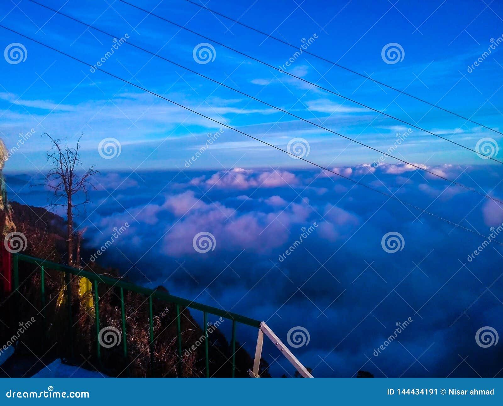 Nuages bleus au-dessus des montagnes en égalisant l ombre
