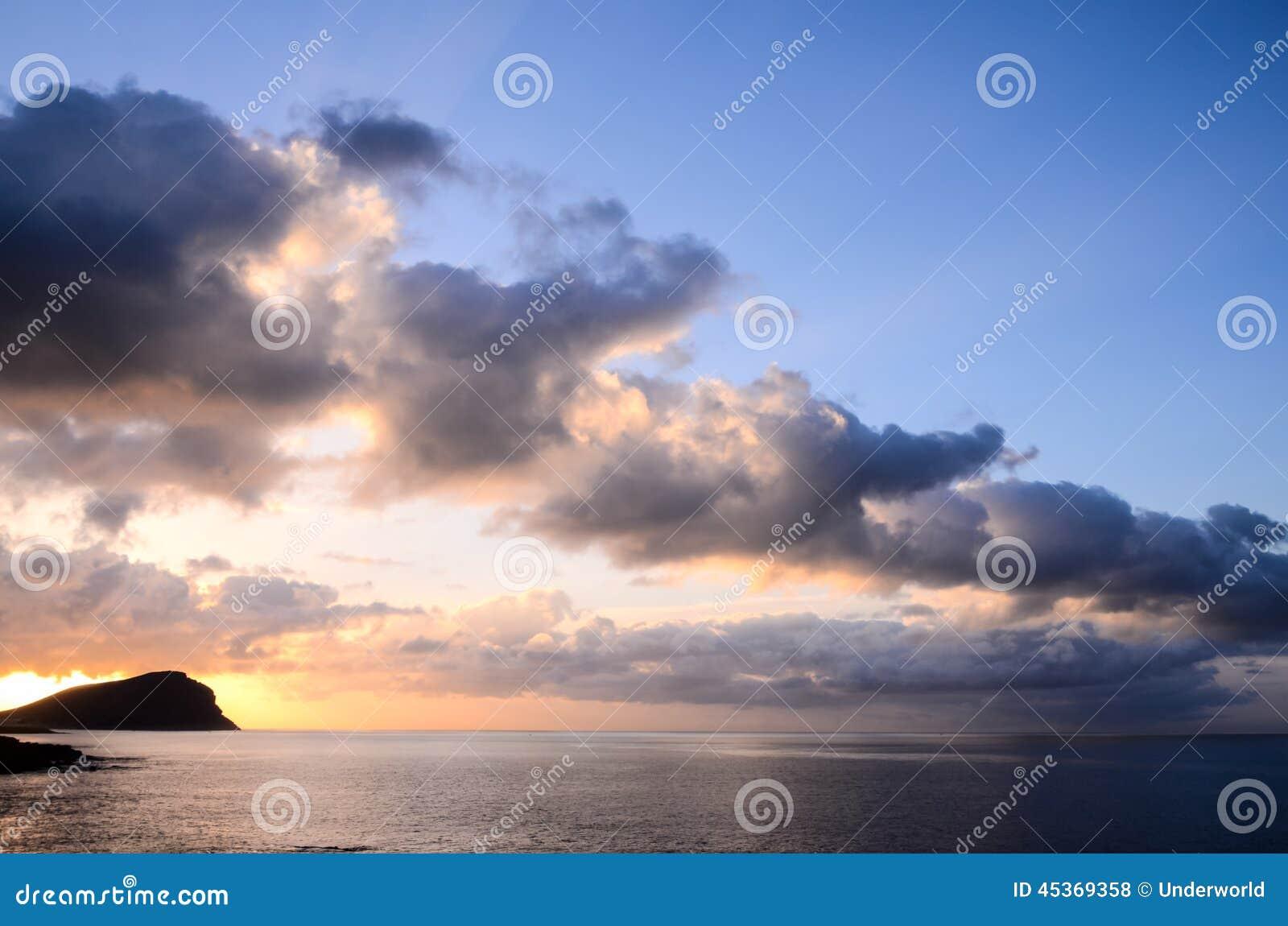Nuages colorés au coucher du soleil