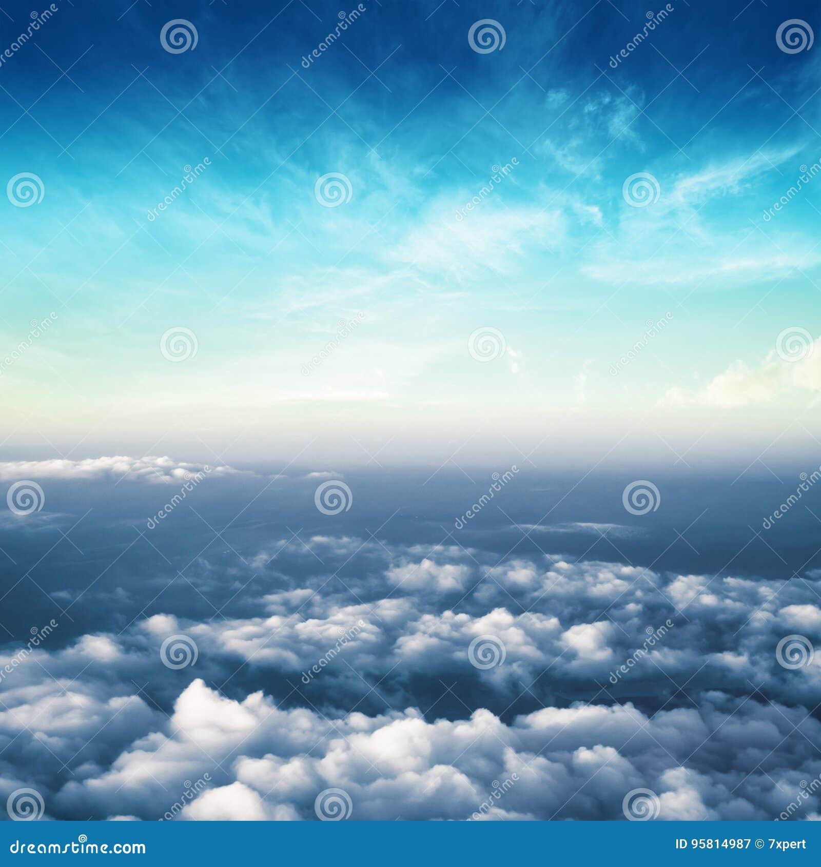 Nuages dans le panorama de l atmosphère de ciel