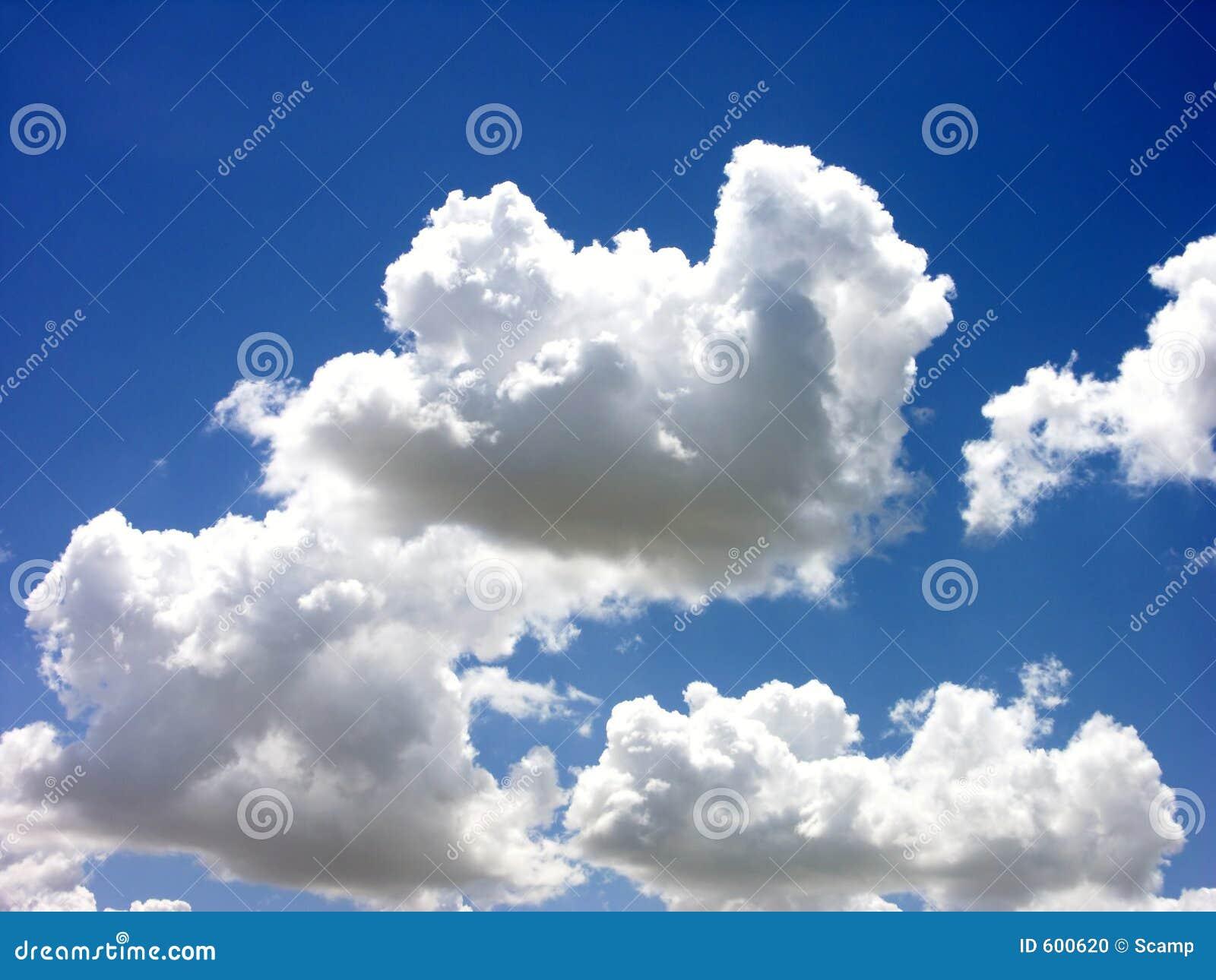 Nuages de blanc de ciel bleu