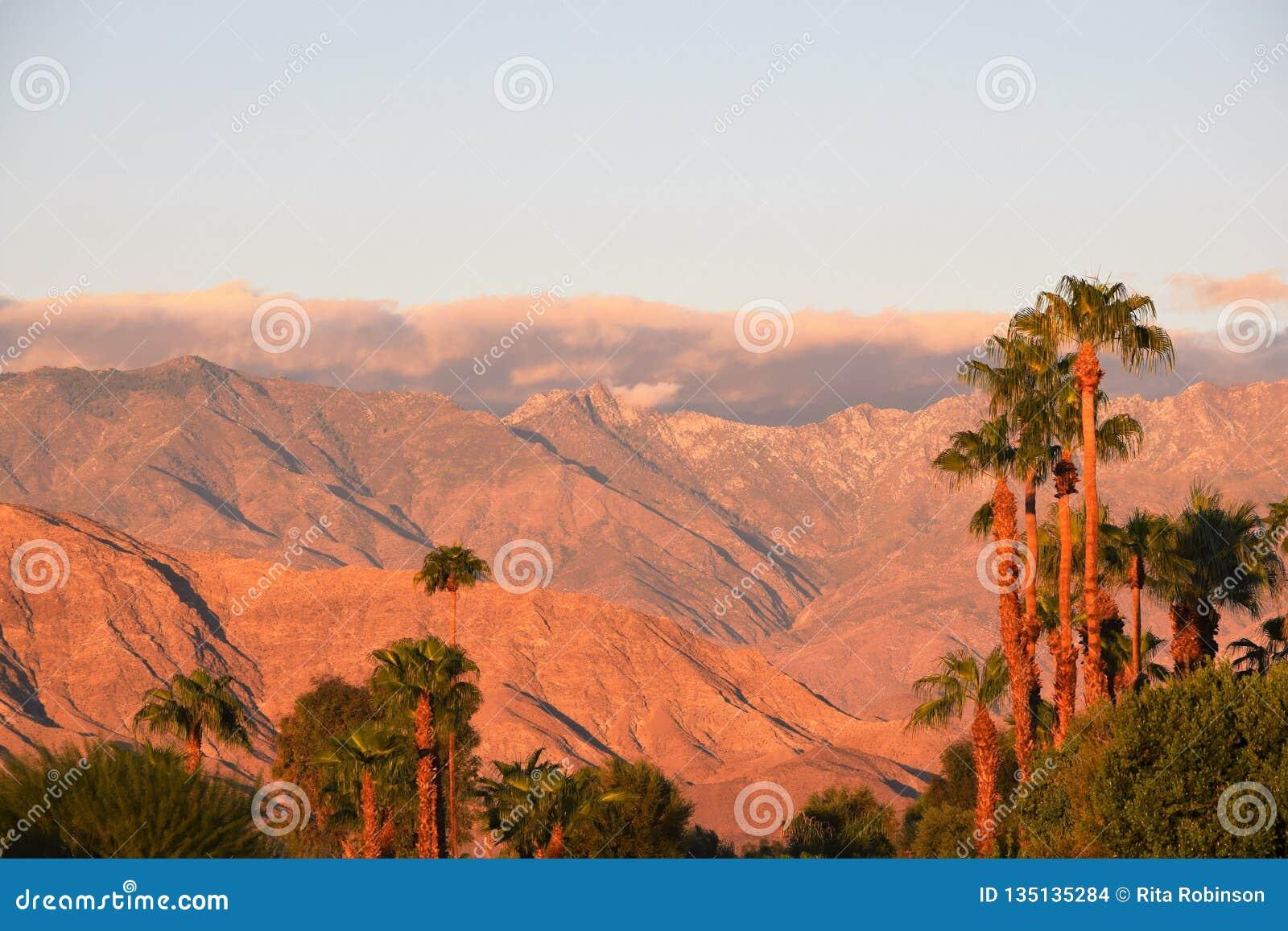 Nuages de désert de lever de soleil