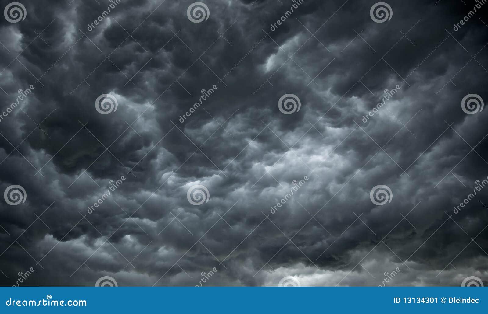 Nuages de pluie foncés et sinistres