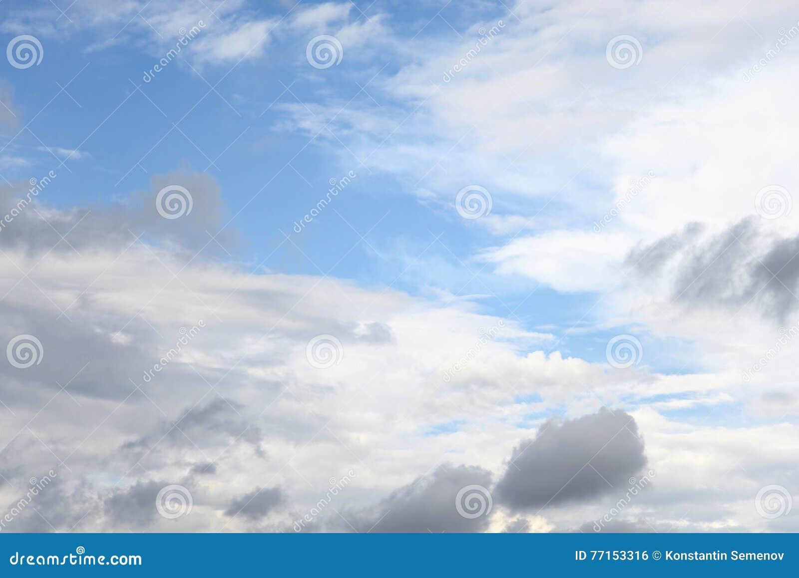 Nuages de pluie foncés et sinistres et ciel bleu