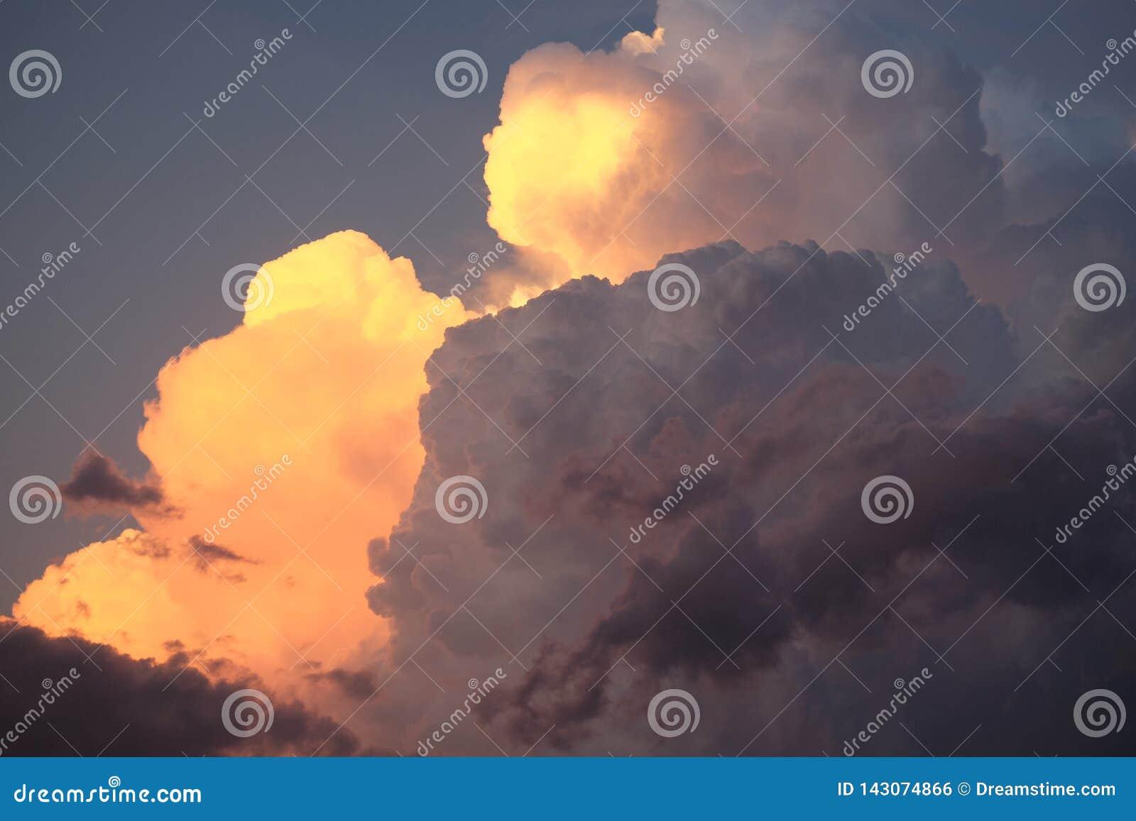 Nuages de tempête ensoleillés posés de cumulo-nimbus