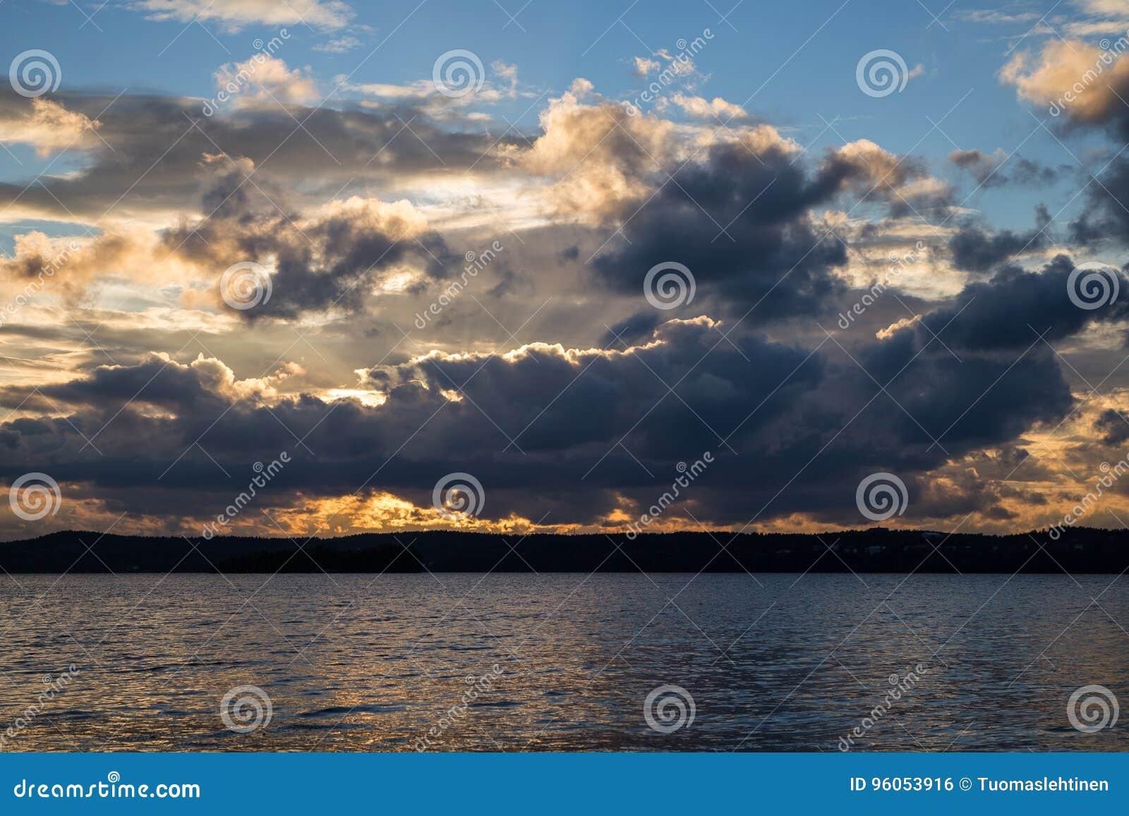 Nuages dramatiques au-dessus d un lac au coucher du soleil