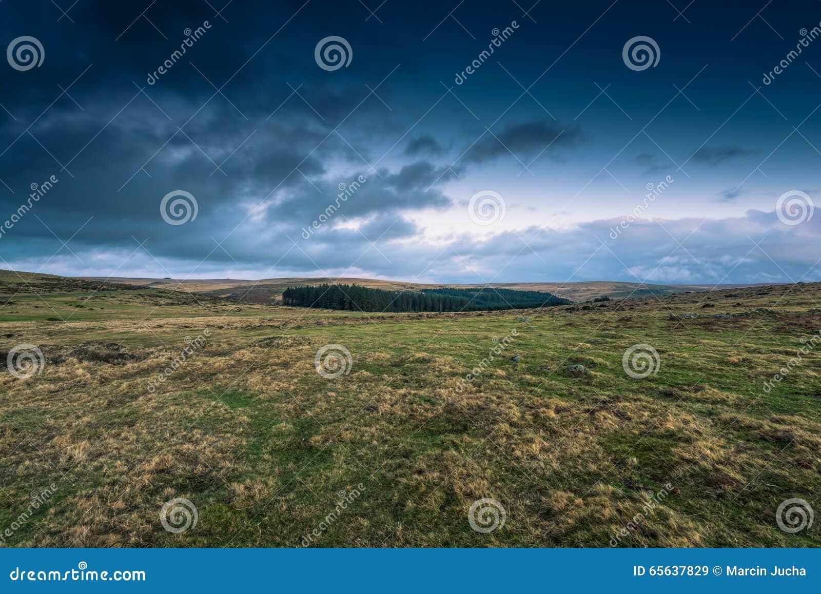 Nuages dramatiques au-dessus de paysage sauvage en Devon, R-U