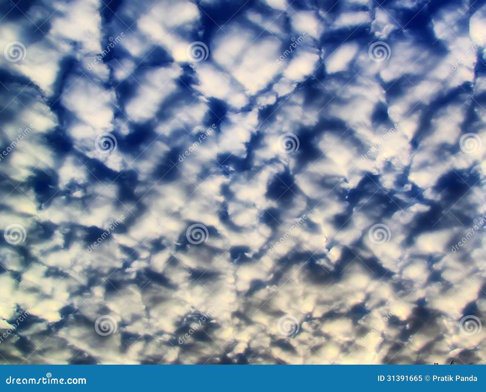Nuages dramatiques d été de cumulus