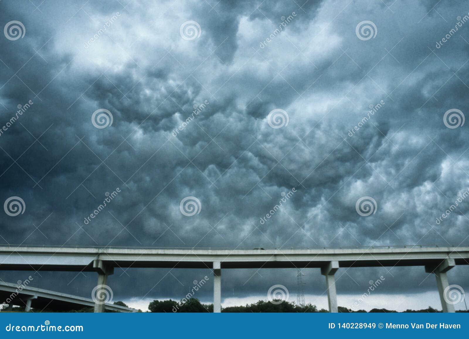 Nuages dramatiques d orage près de Dallas, le Texas Ceux-ci s appellent les nuages d asperatus d undulatus d Altocumulus