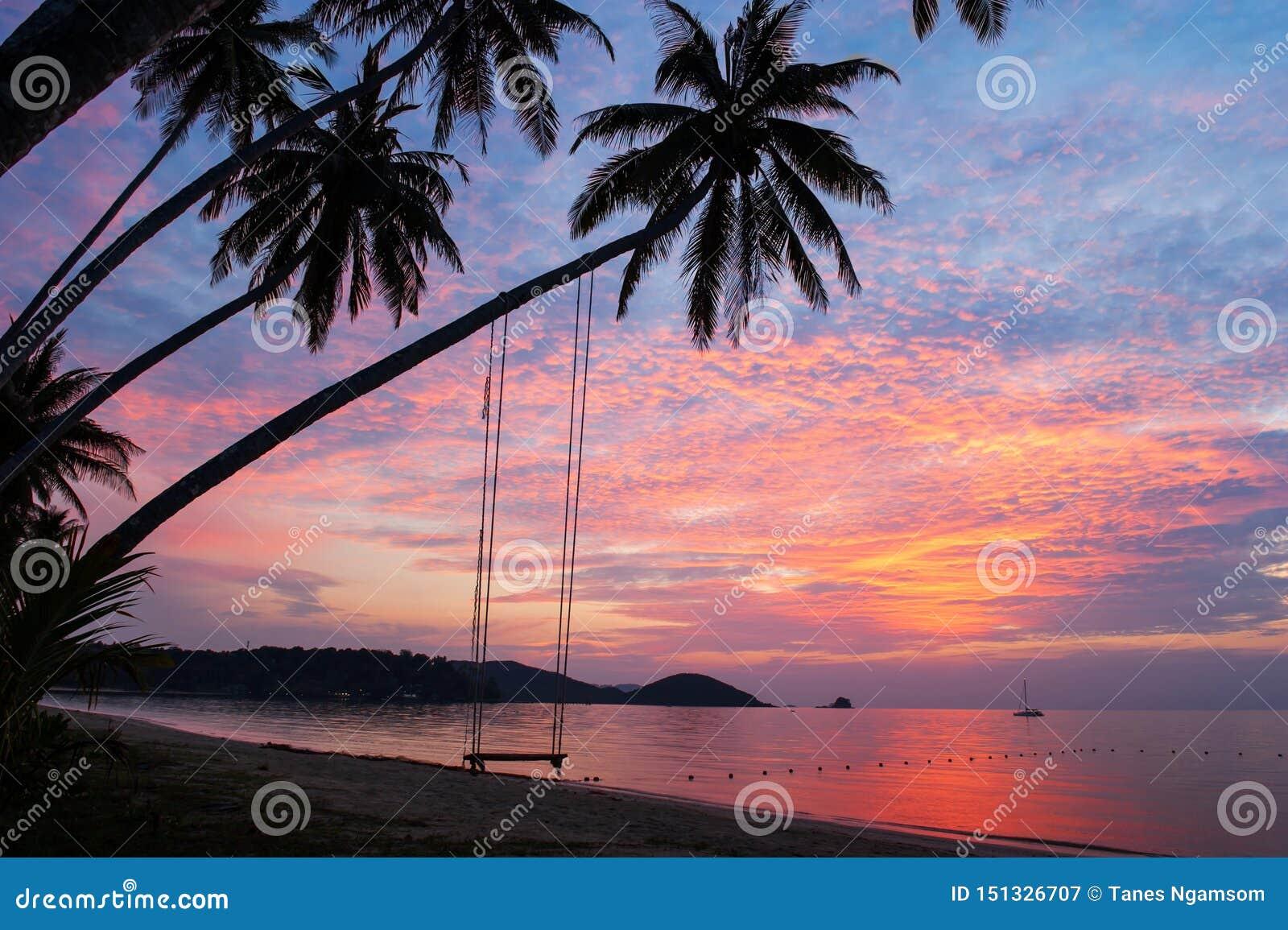 Nuages et ciel fantastiques de coucher du soleil au-dessus de l île tropicale