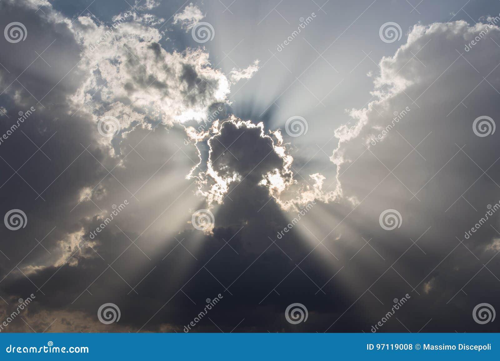 Nuages et rayons du soleil