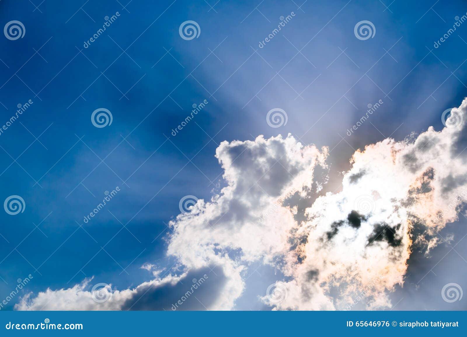Nuages et un ciel bleu