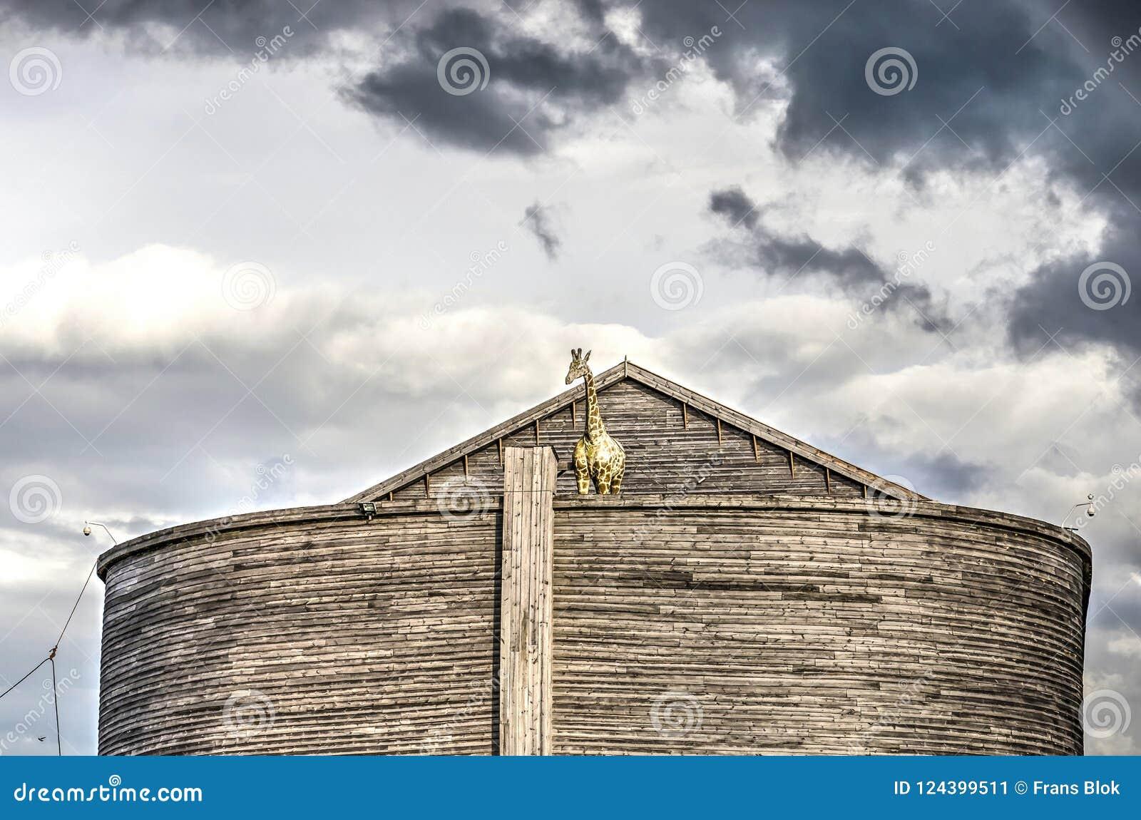 Nuages foncés au-dessus d arche du ` s de Noé
