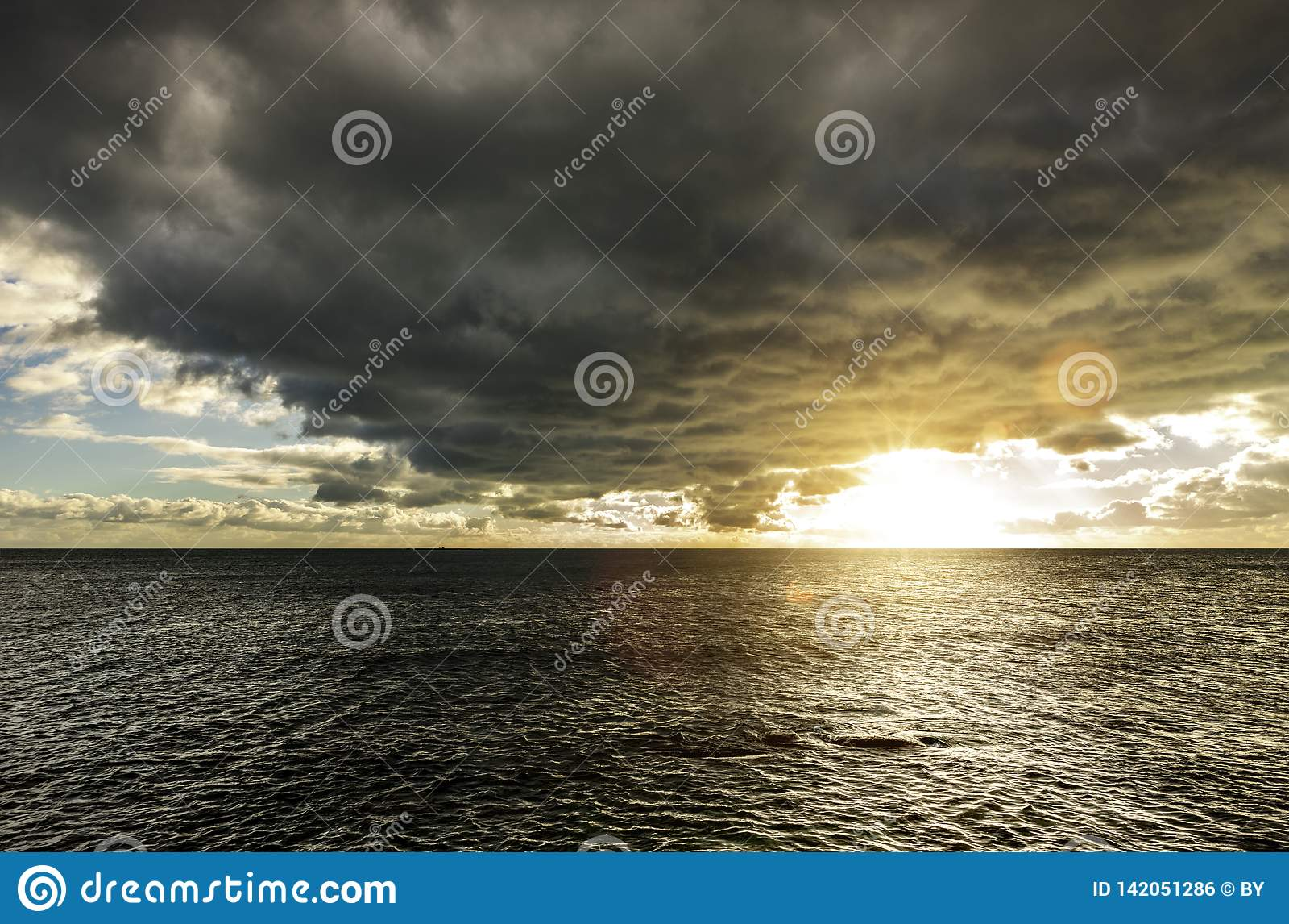 Nuages foncés au-dessus de la mer
