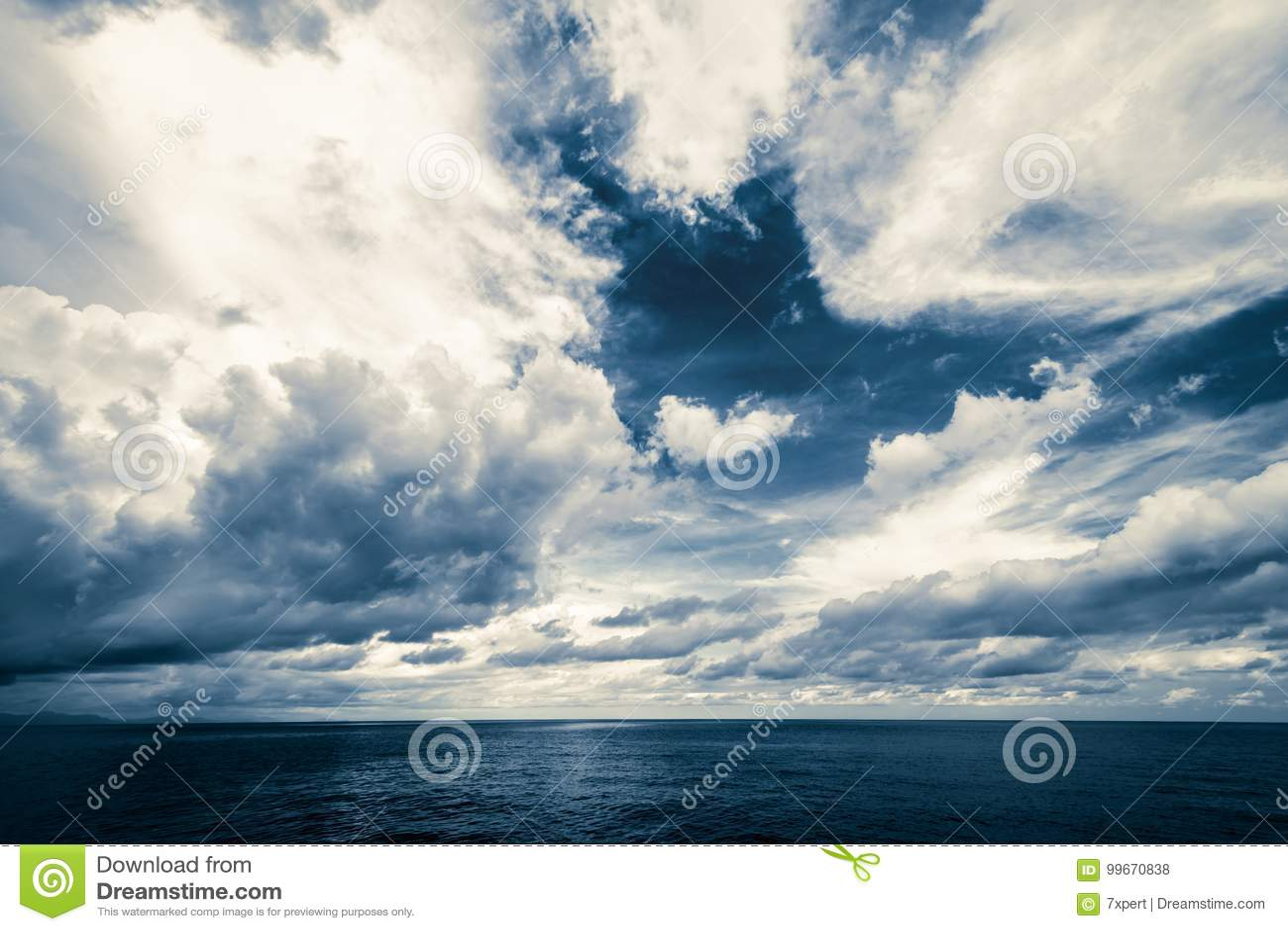 Nuages foncés dans l océan ouvert
