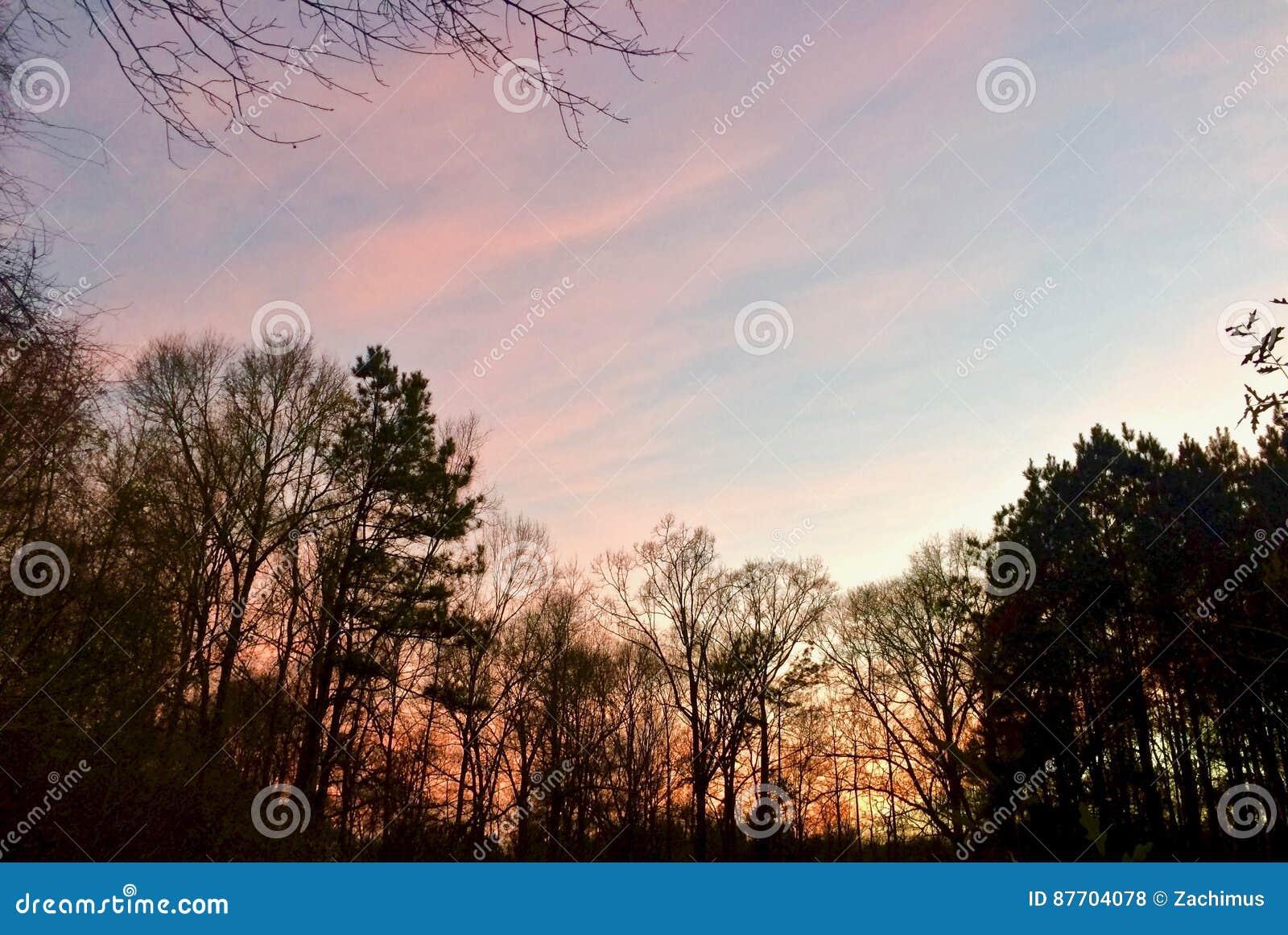 Nuages orange-roses vibrants du coucher du soleil