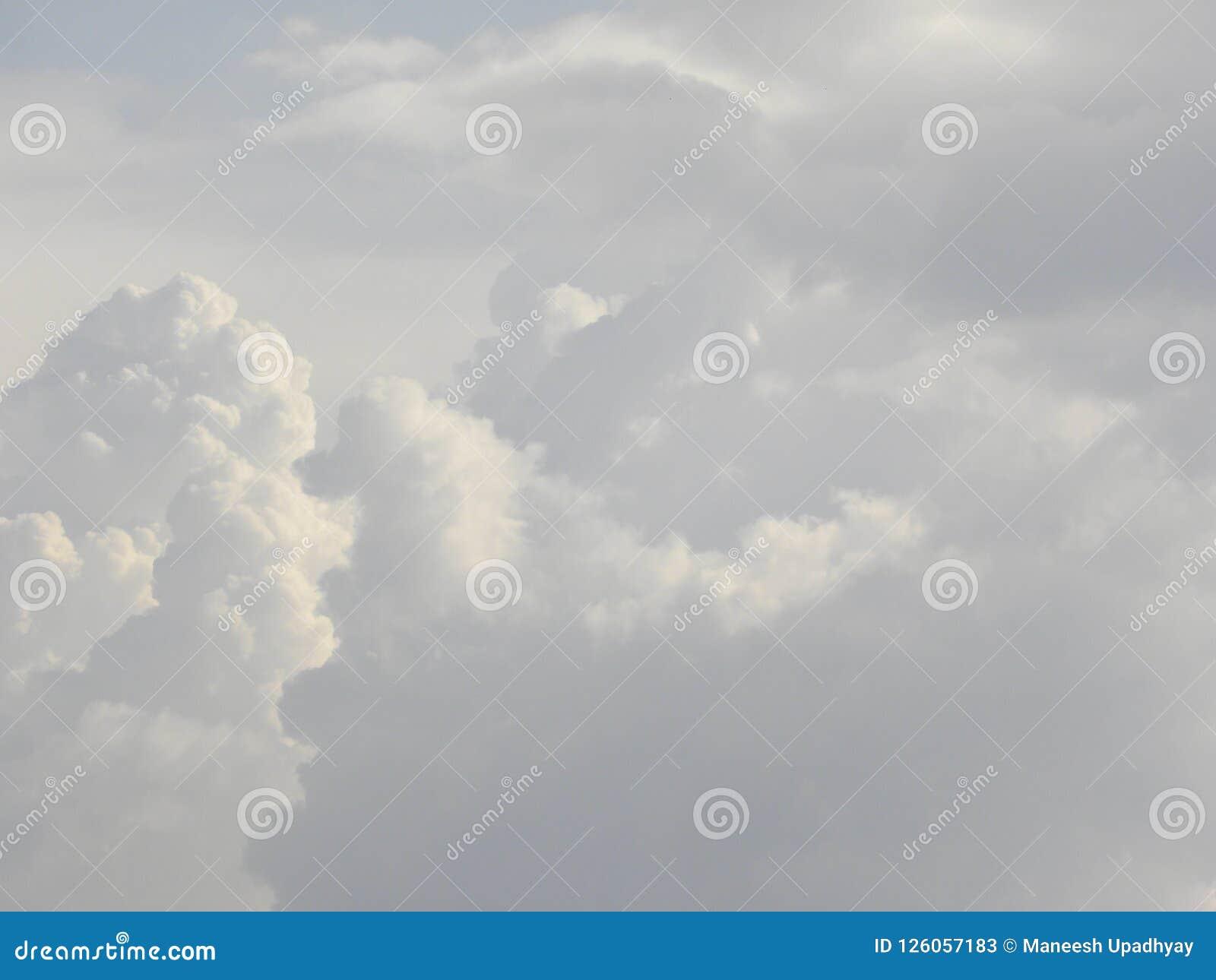 Nuages pelucheux de cumulus blanc en ciel