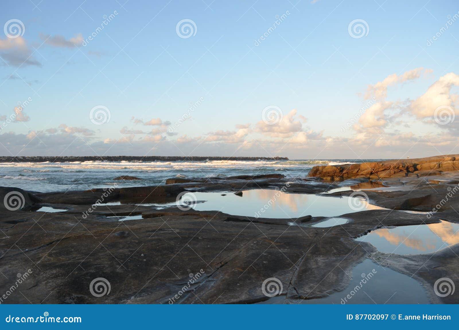 Nuages reflétés dans les roche-piscines