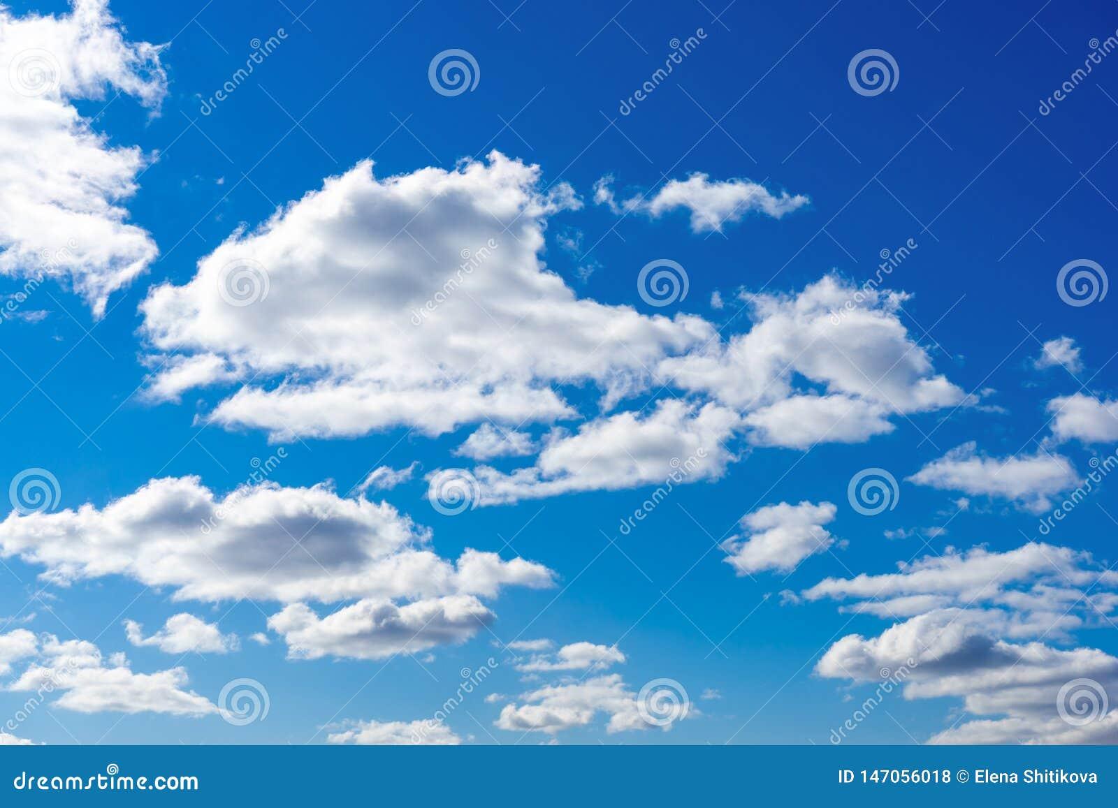 Nuages sur le ciel bleu