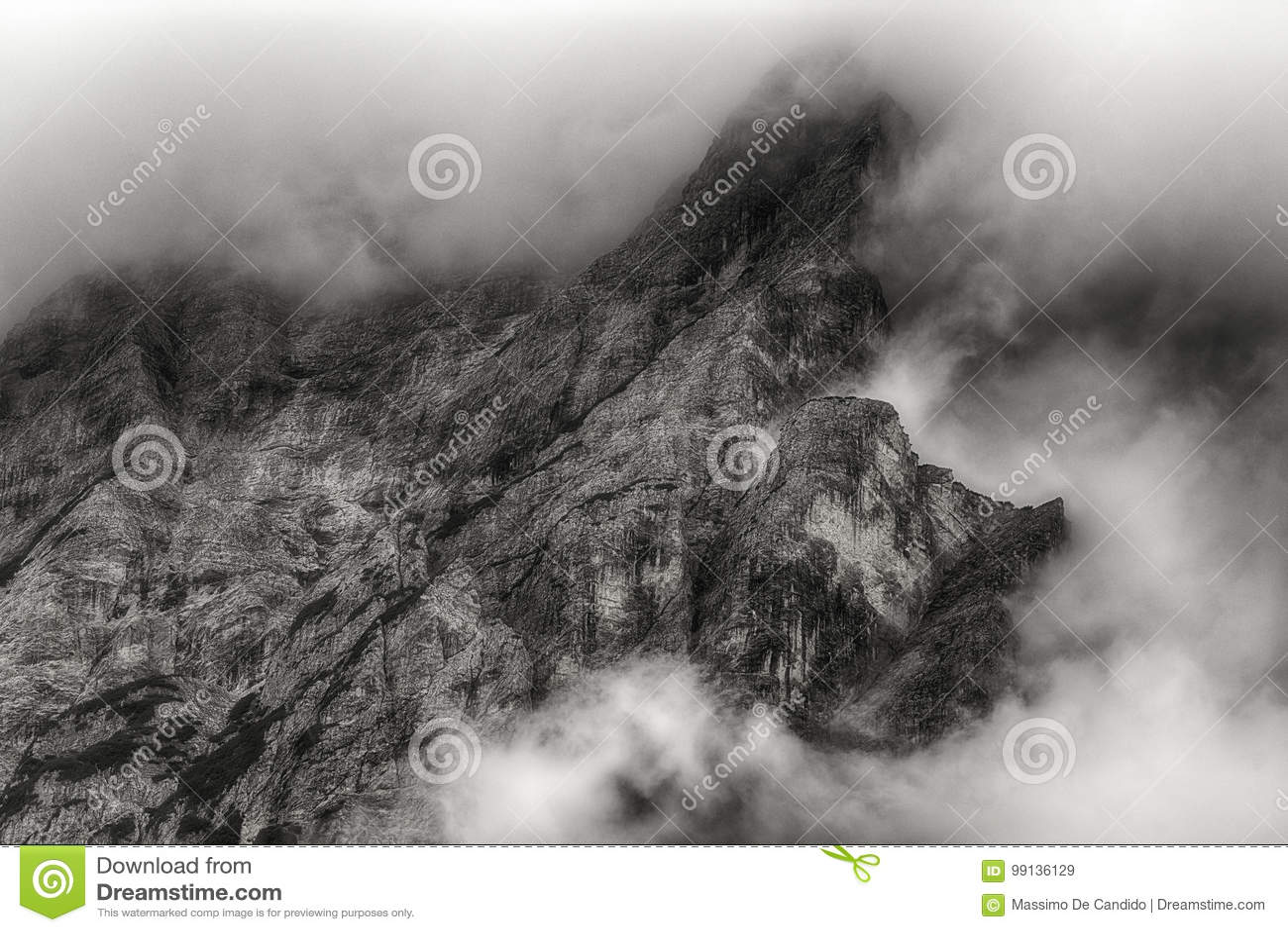 Nuages sur le dessus de la montagne