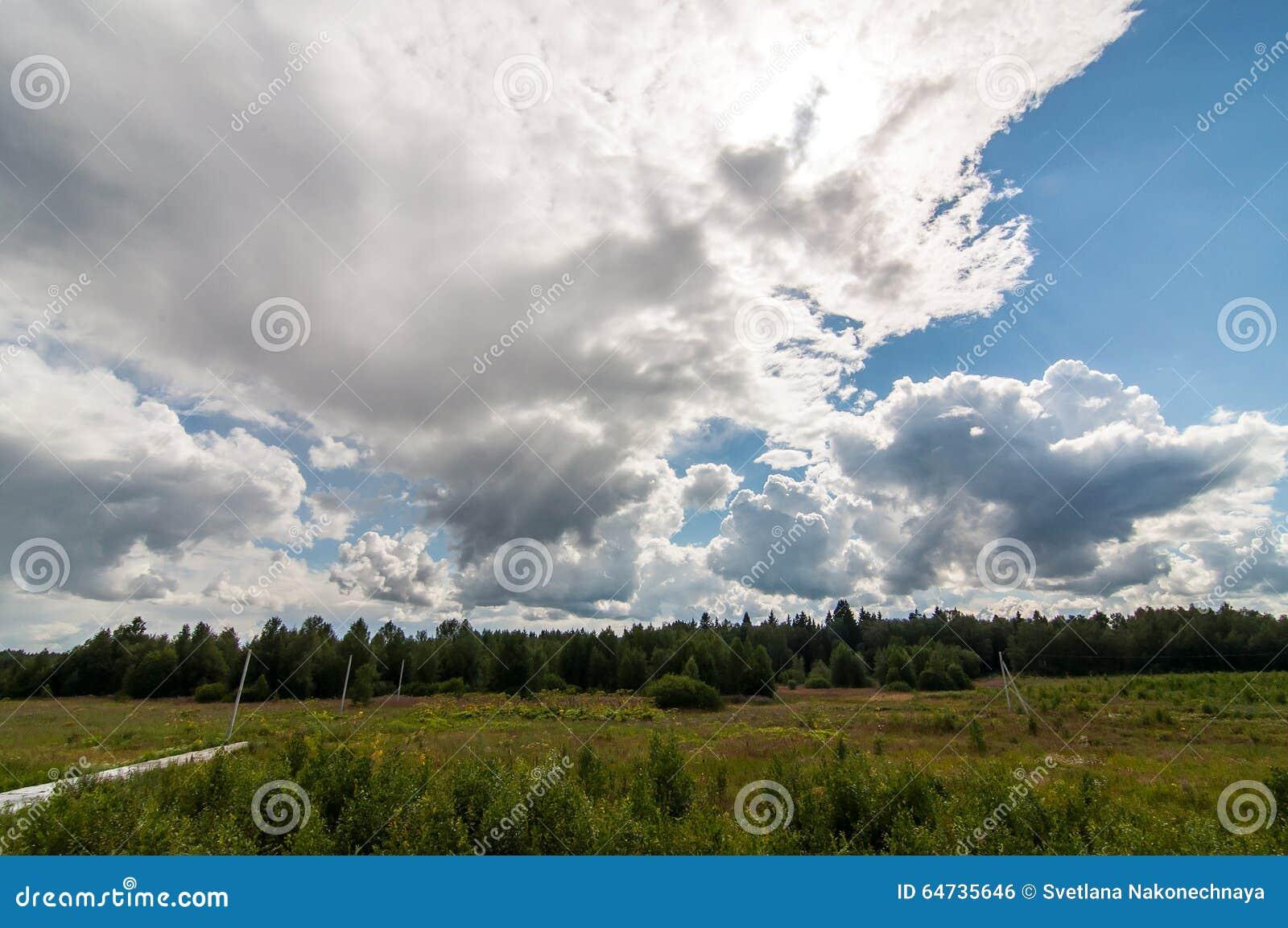 Nube bianca in un cielo blu