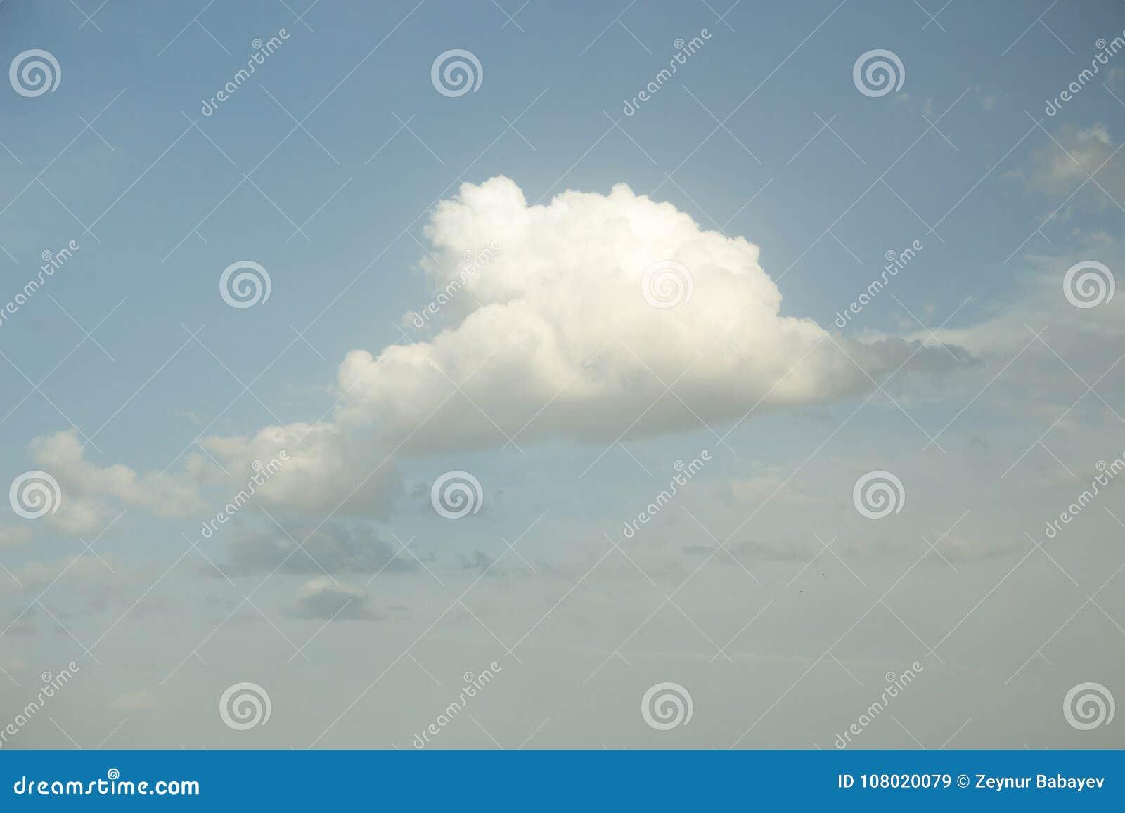 Nube blanca en el cielo azul suave Fondo dramático del cielo