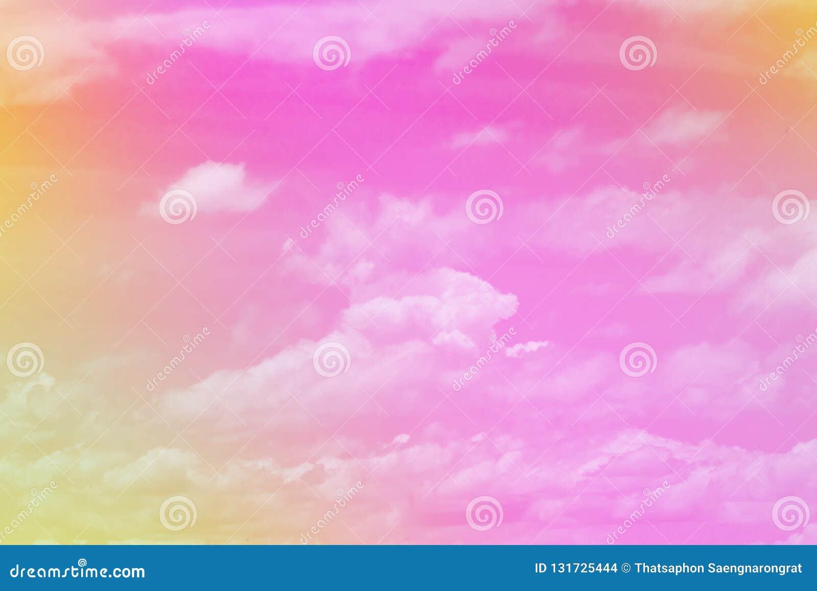 Nube coloreada en colores pastel y cielo dulces con la luz del sol, suavemente nublada con el fondo del color en colores pastel d