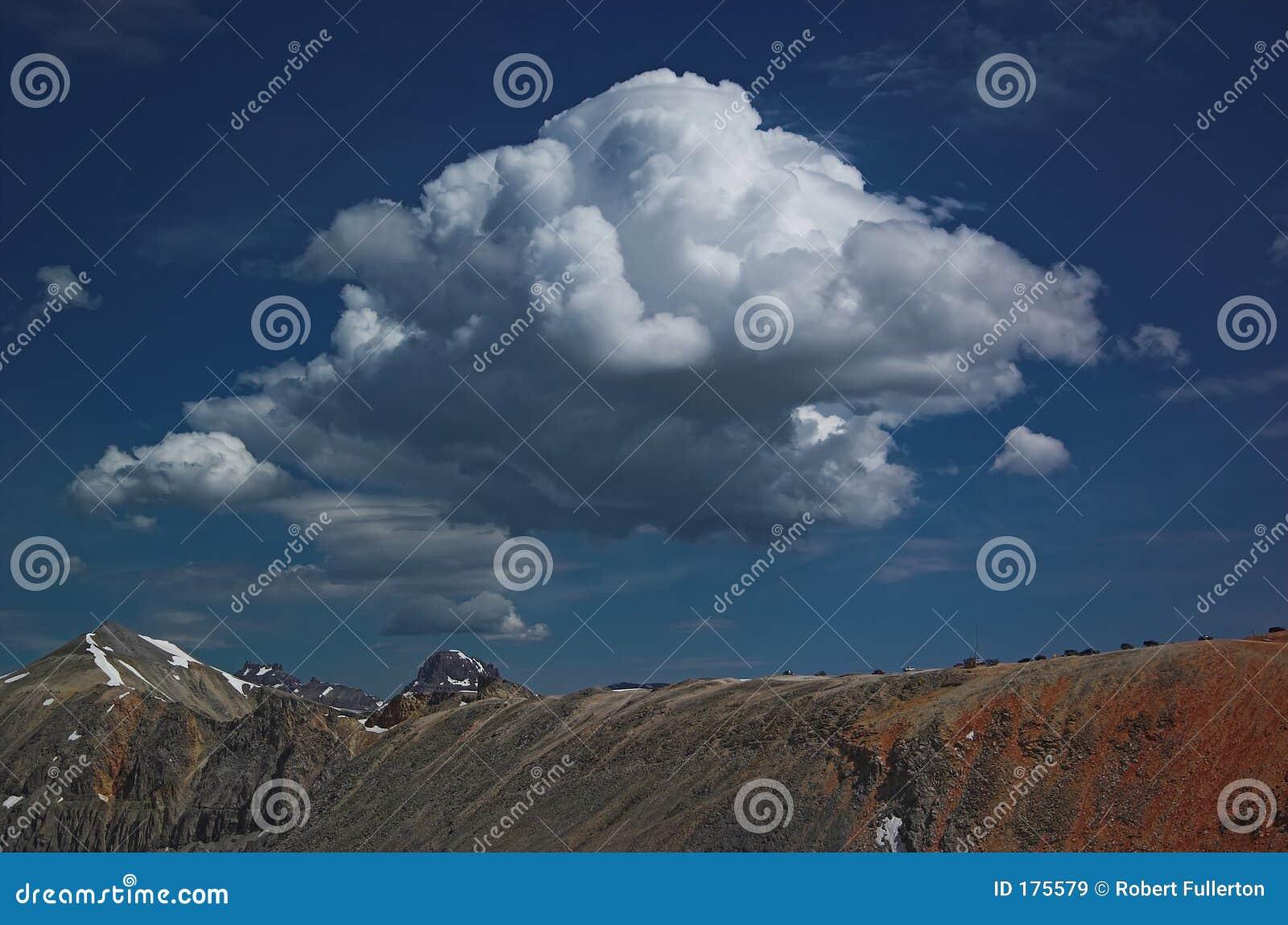 Nube della sommità sopra il passaggio del imogene
