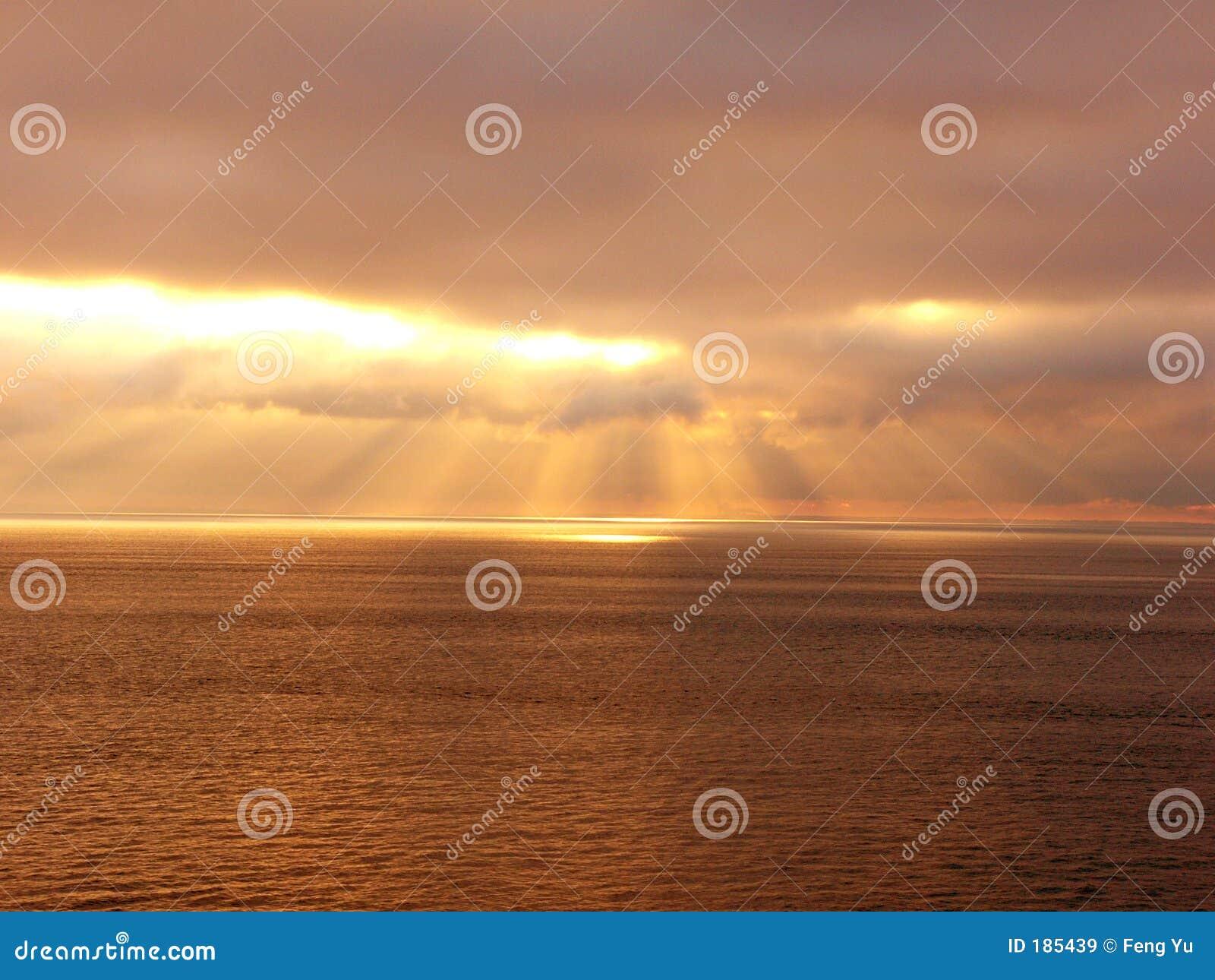 Nube dorata dei raggi