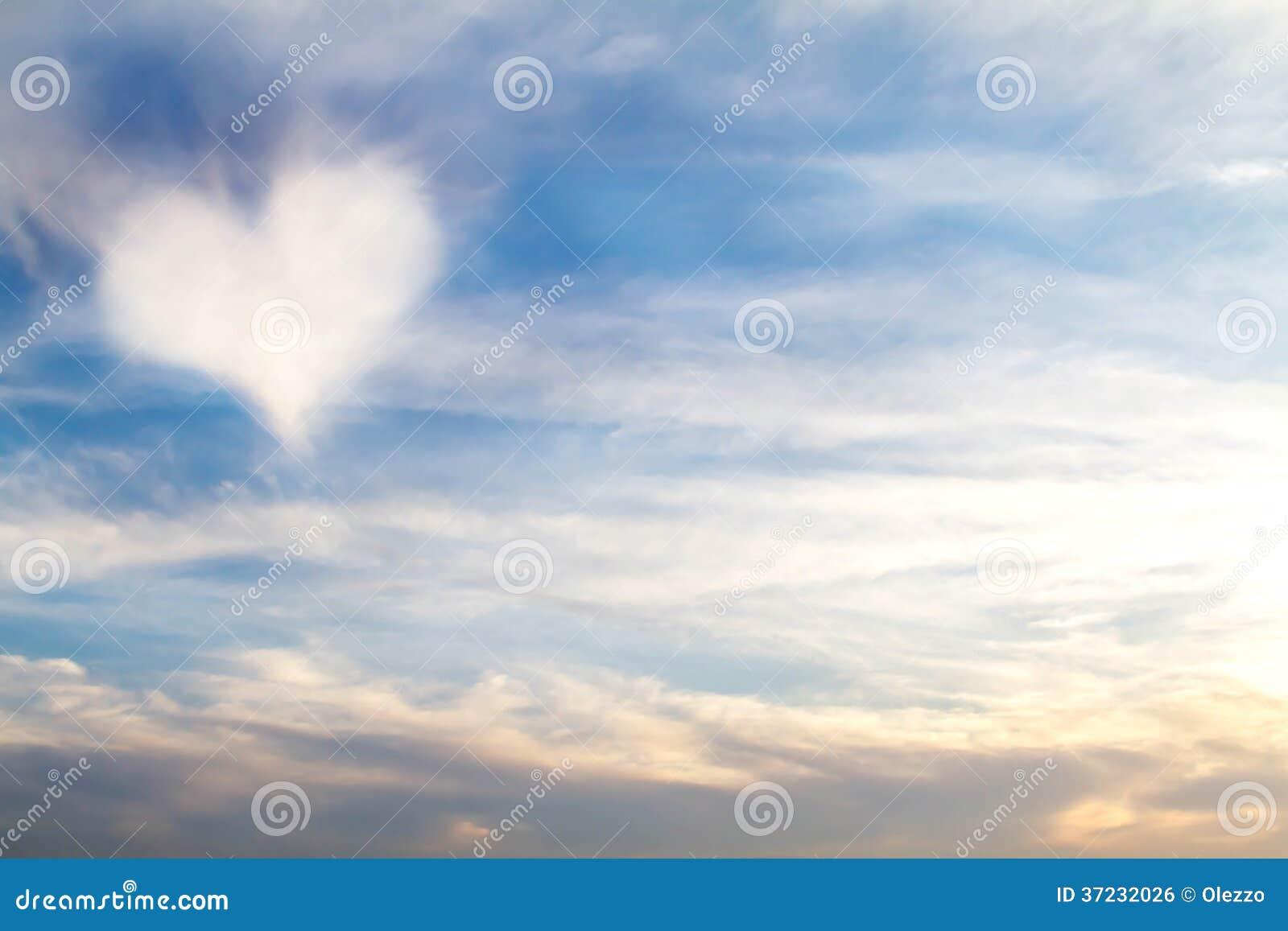 Nube en forma de corazón en el cielo