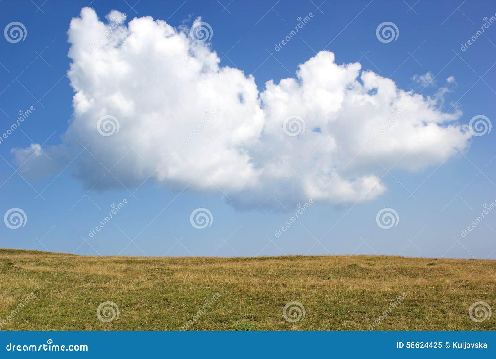 Nube Grande Sobre El Llano En Día De Verano Imagen de archivo ...