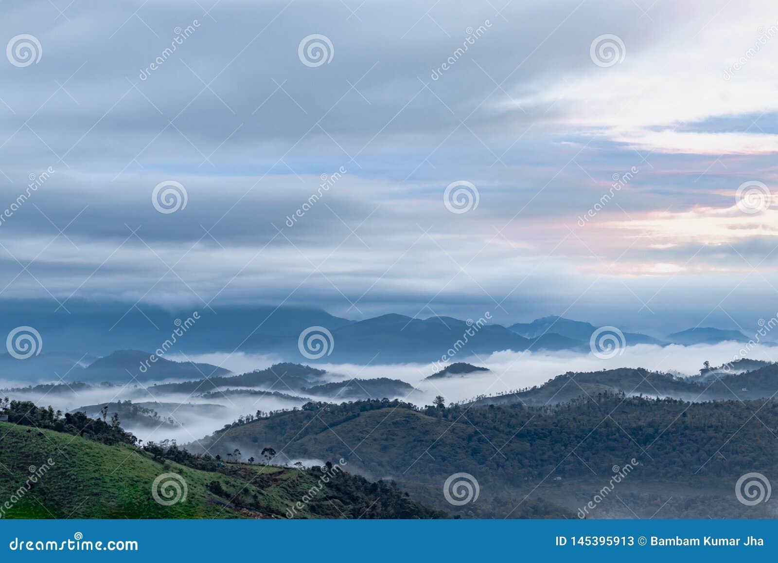 Nube mágica que besa el top de la colina