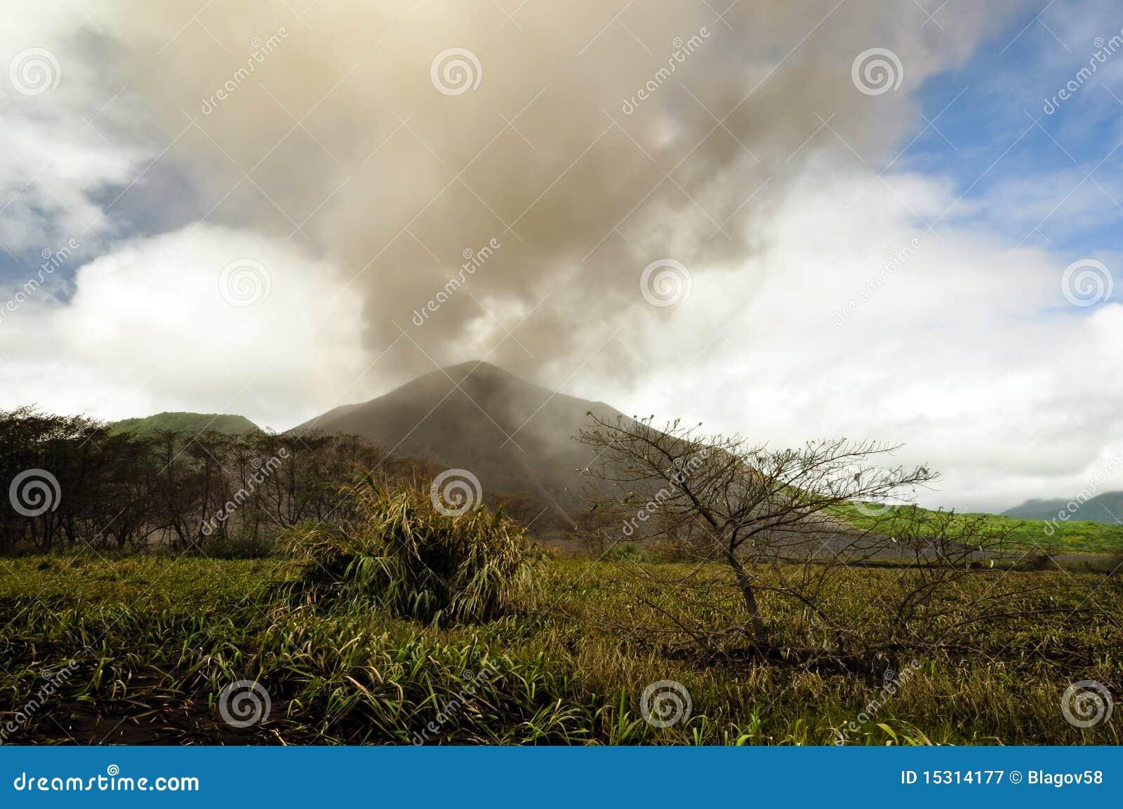 Nube vulcanica della cenere sopra il supporto Yasur