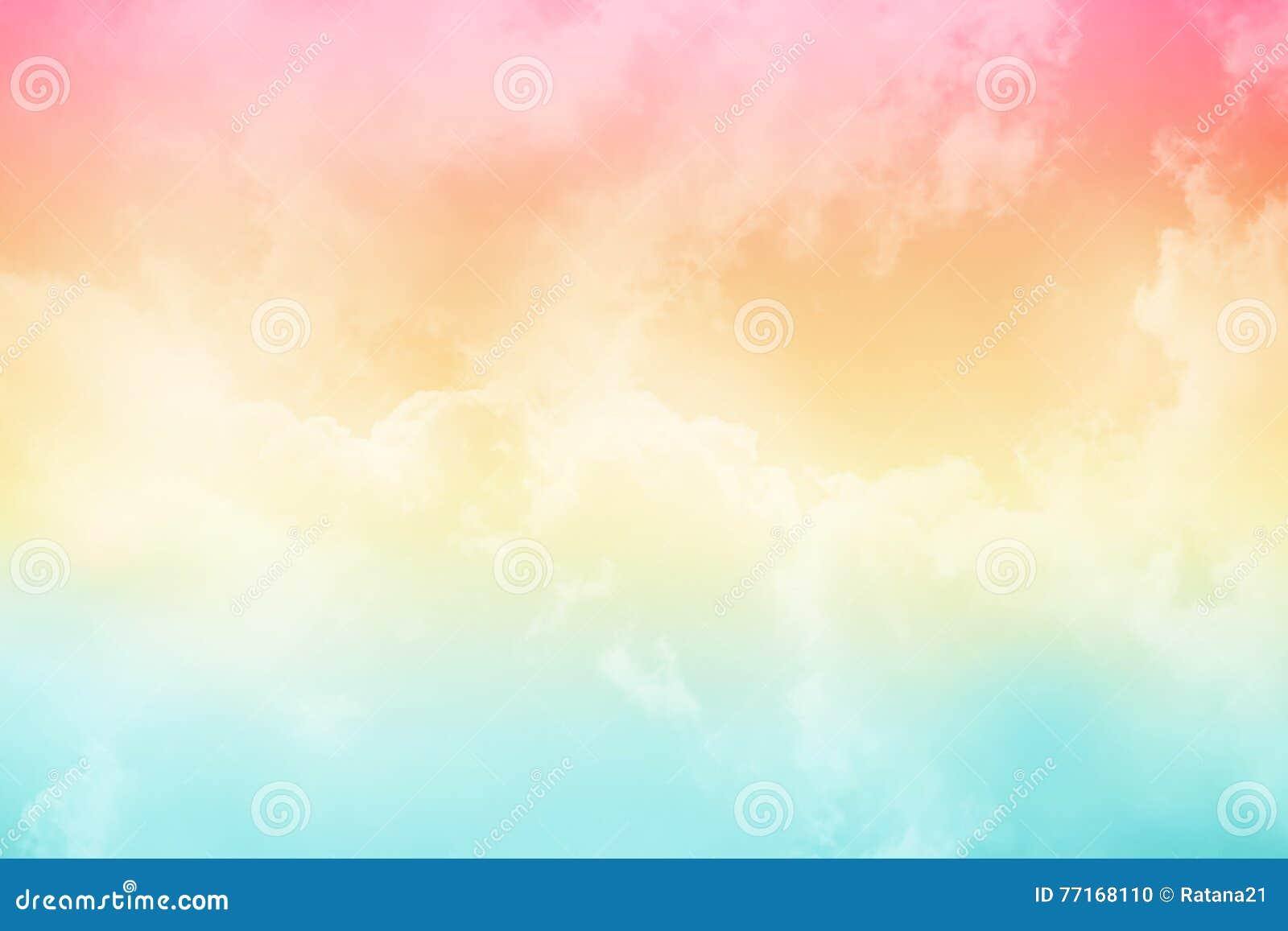 Nube y cielo suaves con color en colores pastel de la pendiente