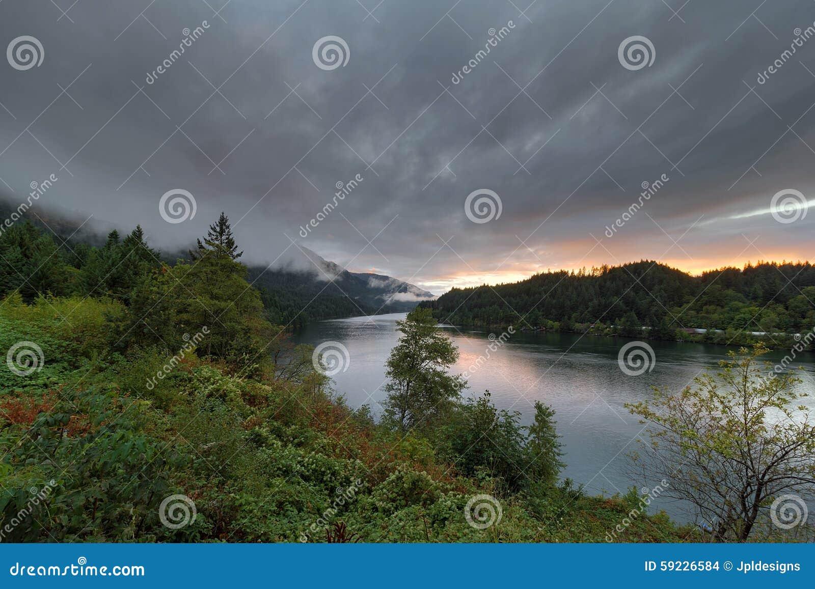 Download Nubes Bajas Sobre El Río Columbia En La Puesta Del Sol En Oregon Foto de archivo - Imagen de cubo, sightseeing: 59226584