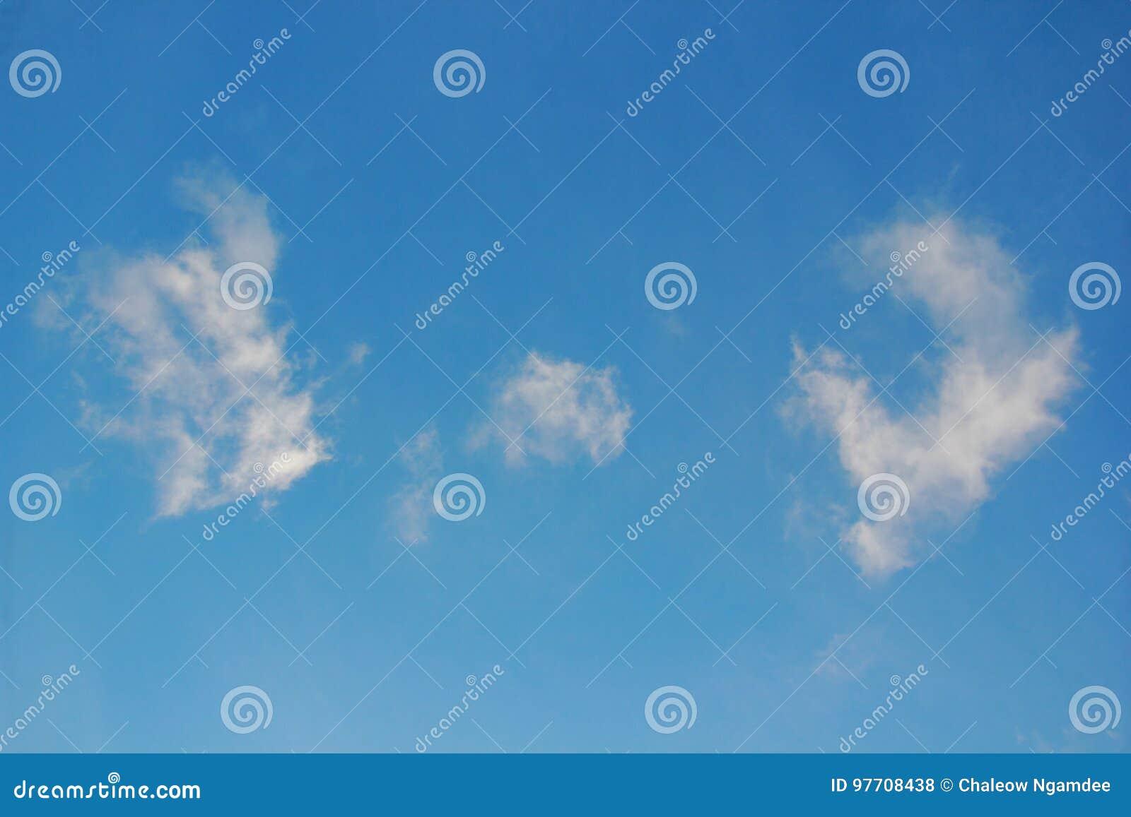 Nubes blancas con el cielo azul