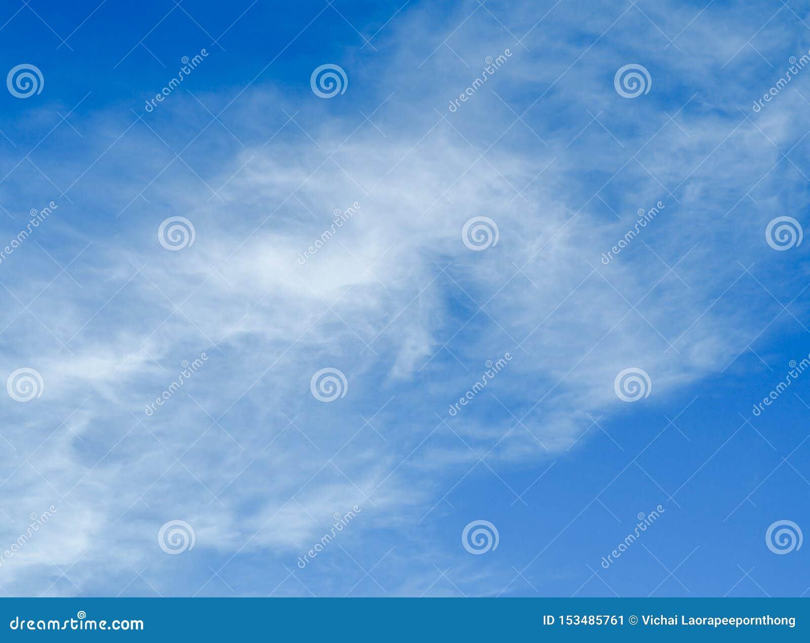 Nubes blancas fantásticas con el fondo del cielo azul