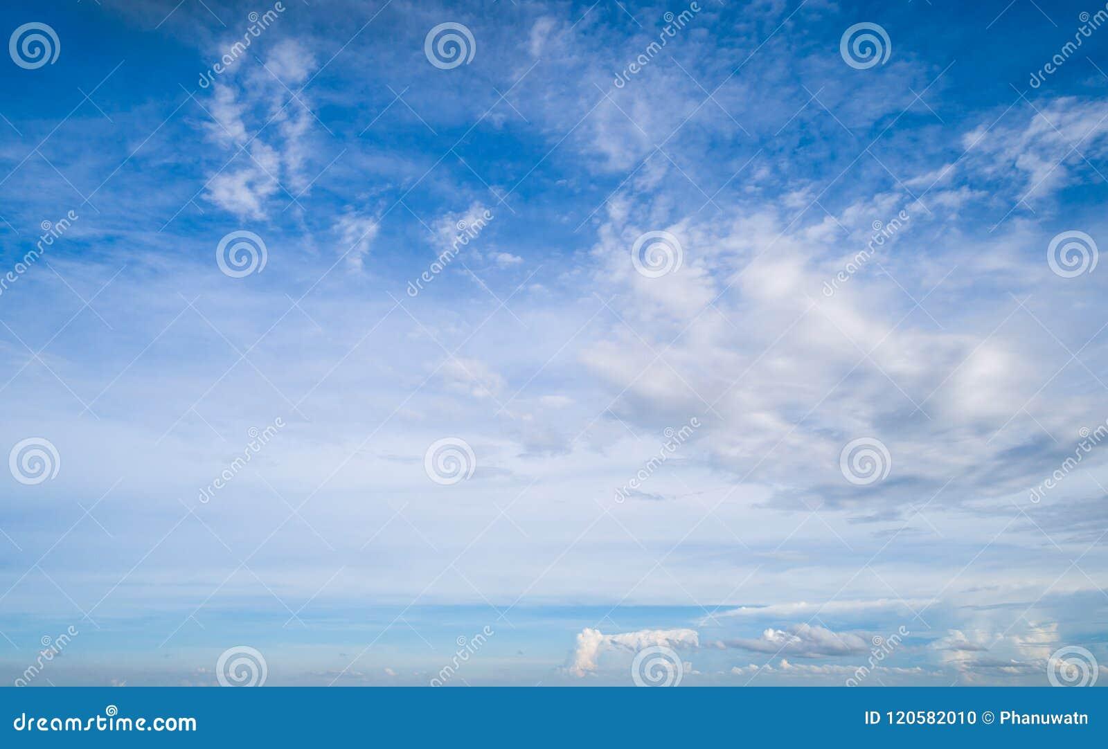 Nubes blancas hermosas en el cielo azul